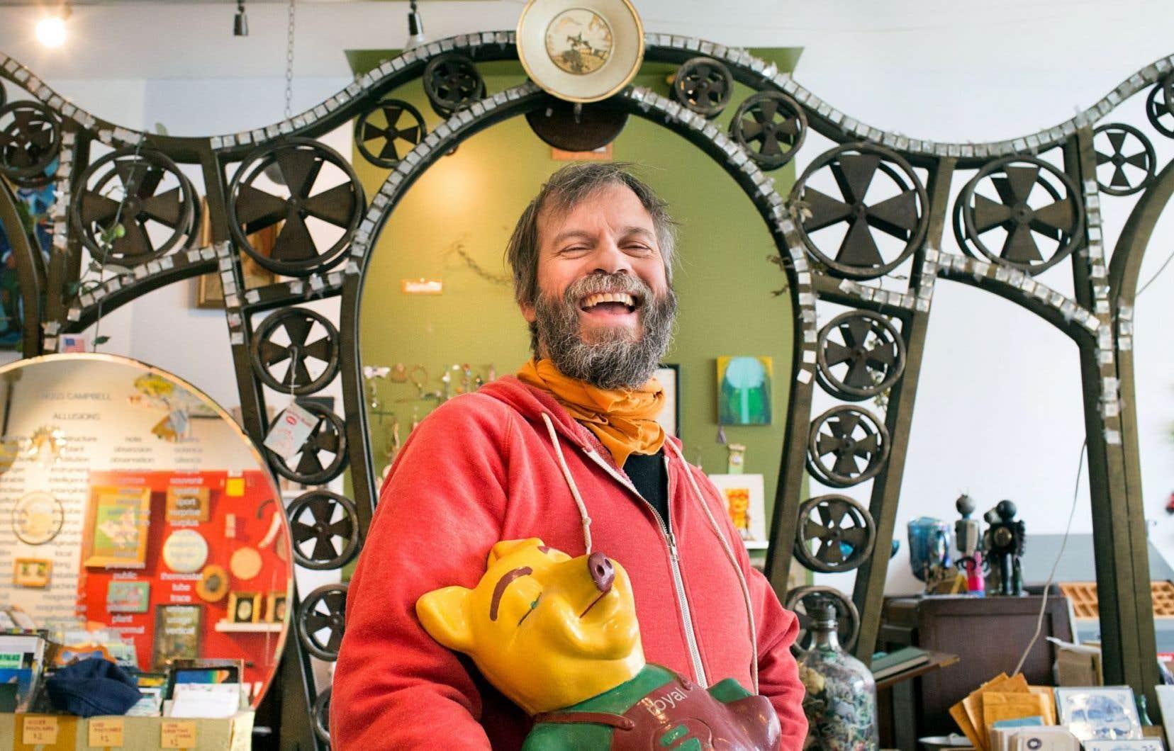 Dans son bordel organisé, l'artiste Billy Mavreas trône comme un pape, comme un commissaire du temps présent.