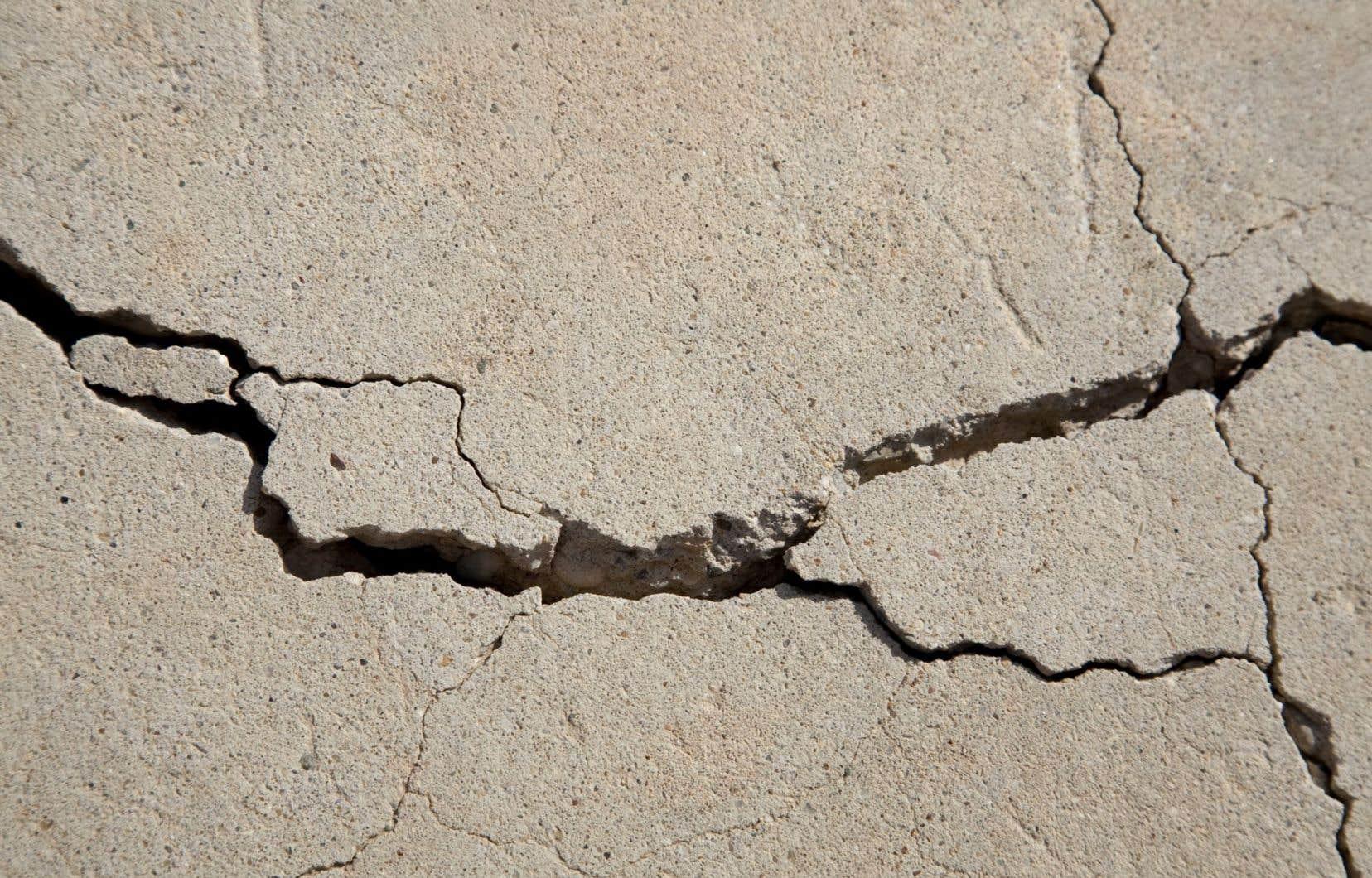 La pyrrhotite est un minerai qui, lorsque présent dans le granulatutilisé pour le béton, s'attaque aux fondations des maisons.