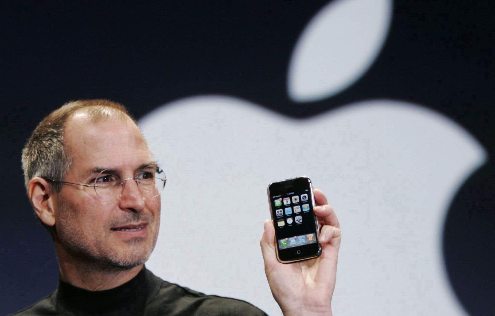 L'ancien président-directeur général d'Apple, Steve Jobs, présente le tout premier modèle de l'iPhone le 9 janvier 2007 lors de la conférence Macworld.