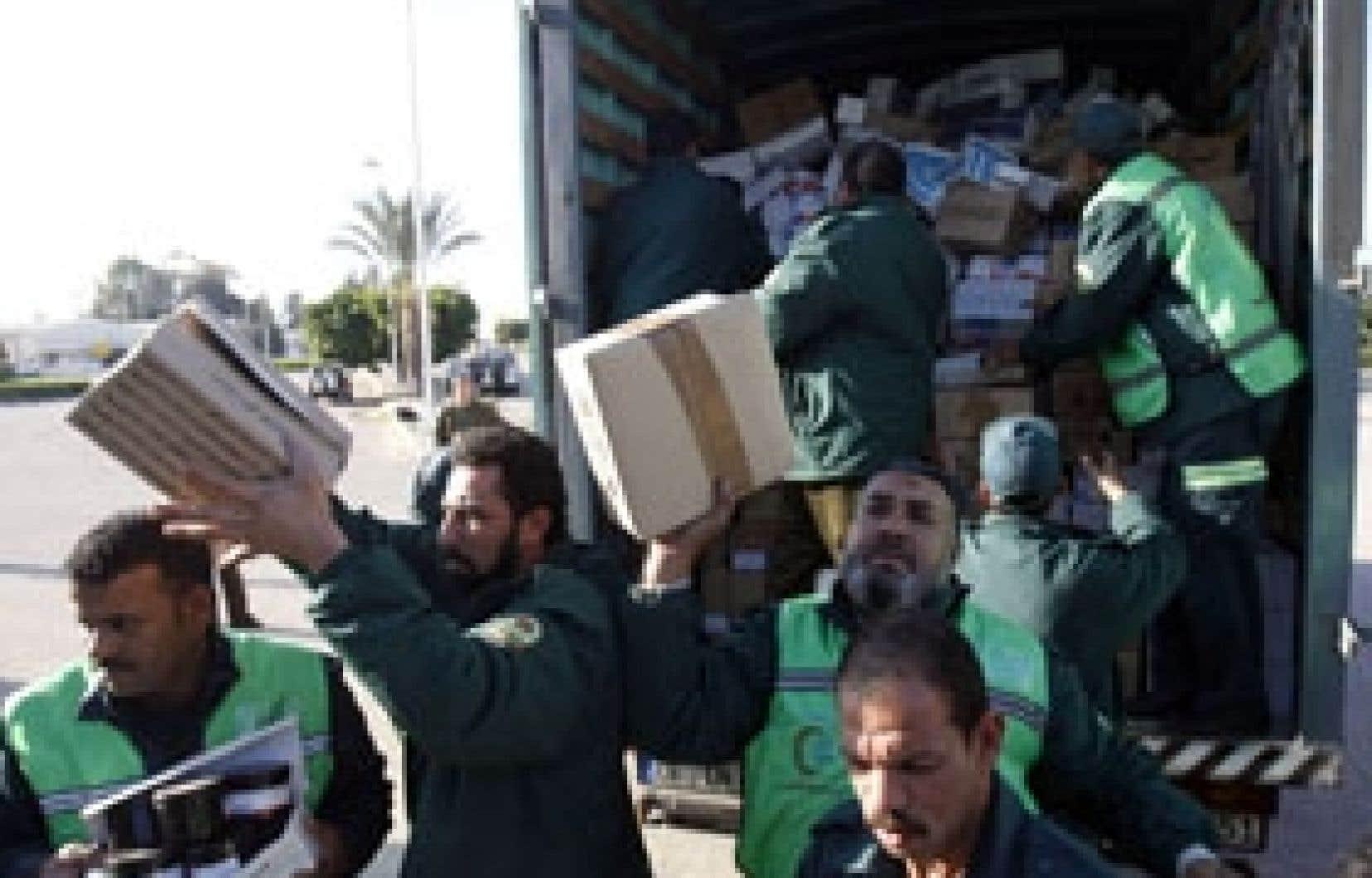Des employés du Croissant Rouge égyptien ont livré des médicaments au point de passage de Rafah.