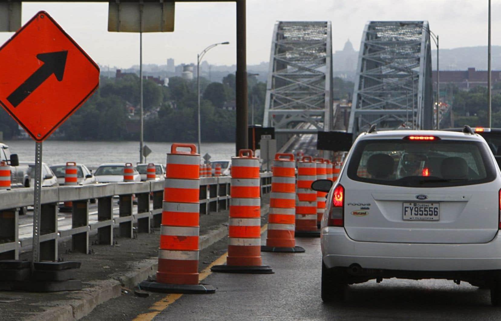 <p>La fermeture d'un tronçon du boulevard Saint-Jean-Baptisteentre la sortie de Châteauguayet l'approche du pont Honoré-Mercierva contraindre un grand nombre d'automobilistes à effectuer un long détour.</p>