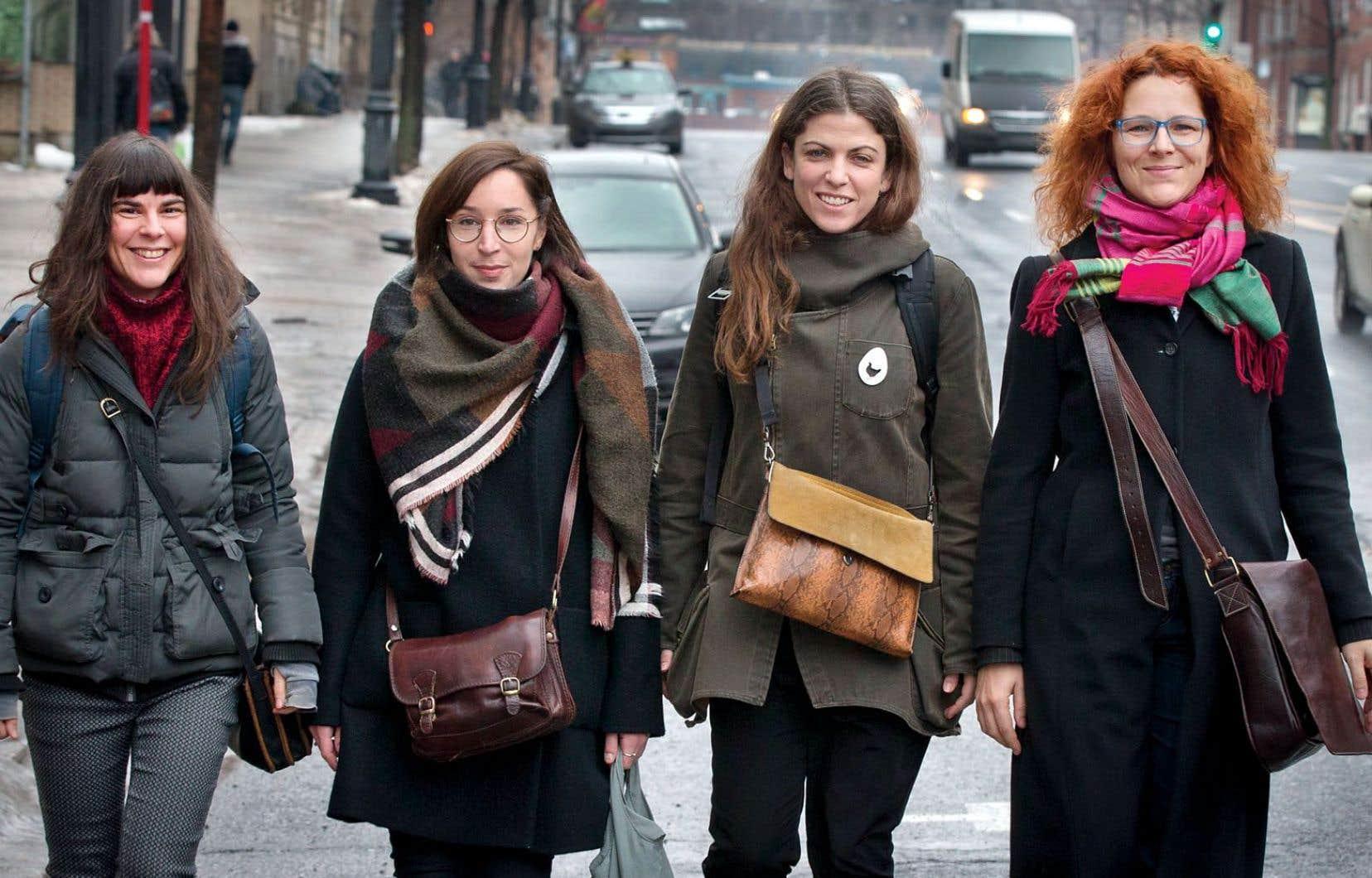 Les dramaturges Marilyn Perreault, Marie-Claude St-Laurent, Catherine Bourgeois et Dominick Parenteau-Lebeuf, quatre membres du mouvement Femmes pour l'équité en théâtre.