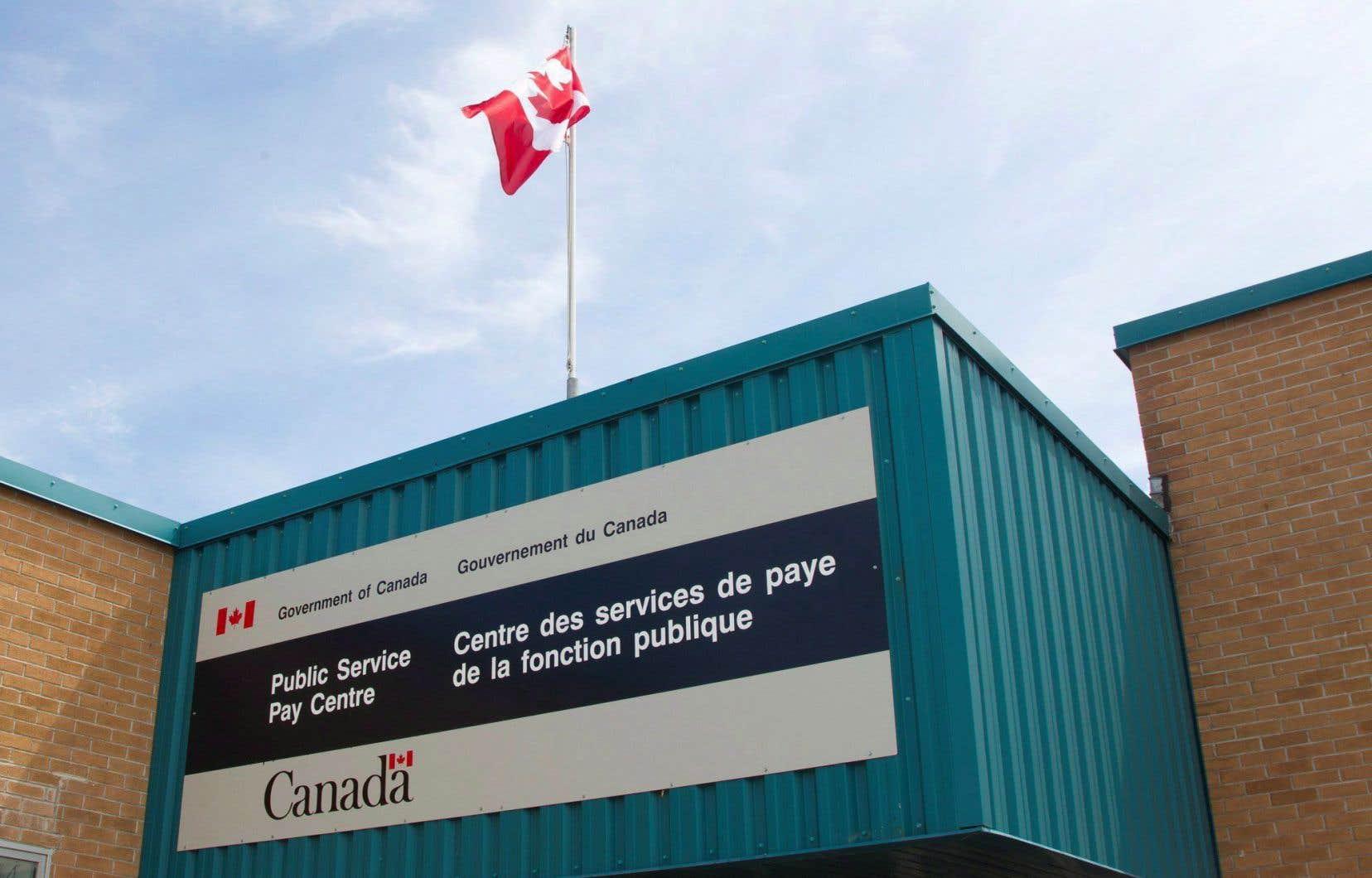 Ottawa tente toujours de régler un arriéré d'environ 8000 dossiers d'employés fédéraux qui ont reçu des chèques de paie erronés.