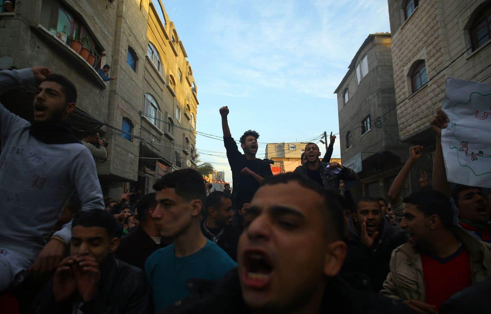 <p>Des milliers de Palestiniens se sont rassemblés dans le camp de réfugiés de Jabalia, dans le nord de la bande de Gaza.</p>