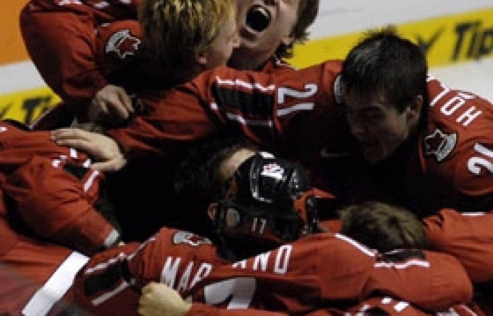 Le 5 janvier à Pardubice, en République tchèque, les jeunes hockeyeurs canadiens ont défait la Suède 3-2 en prolongation, permettant ainsi au Canada de remporter une quatrième médaille d'or consécutive.