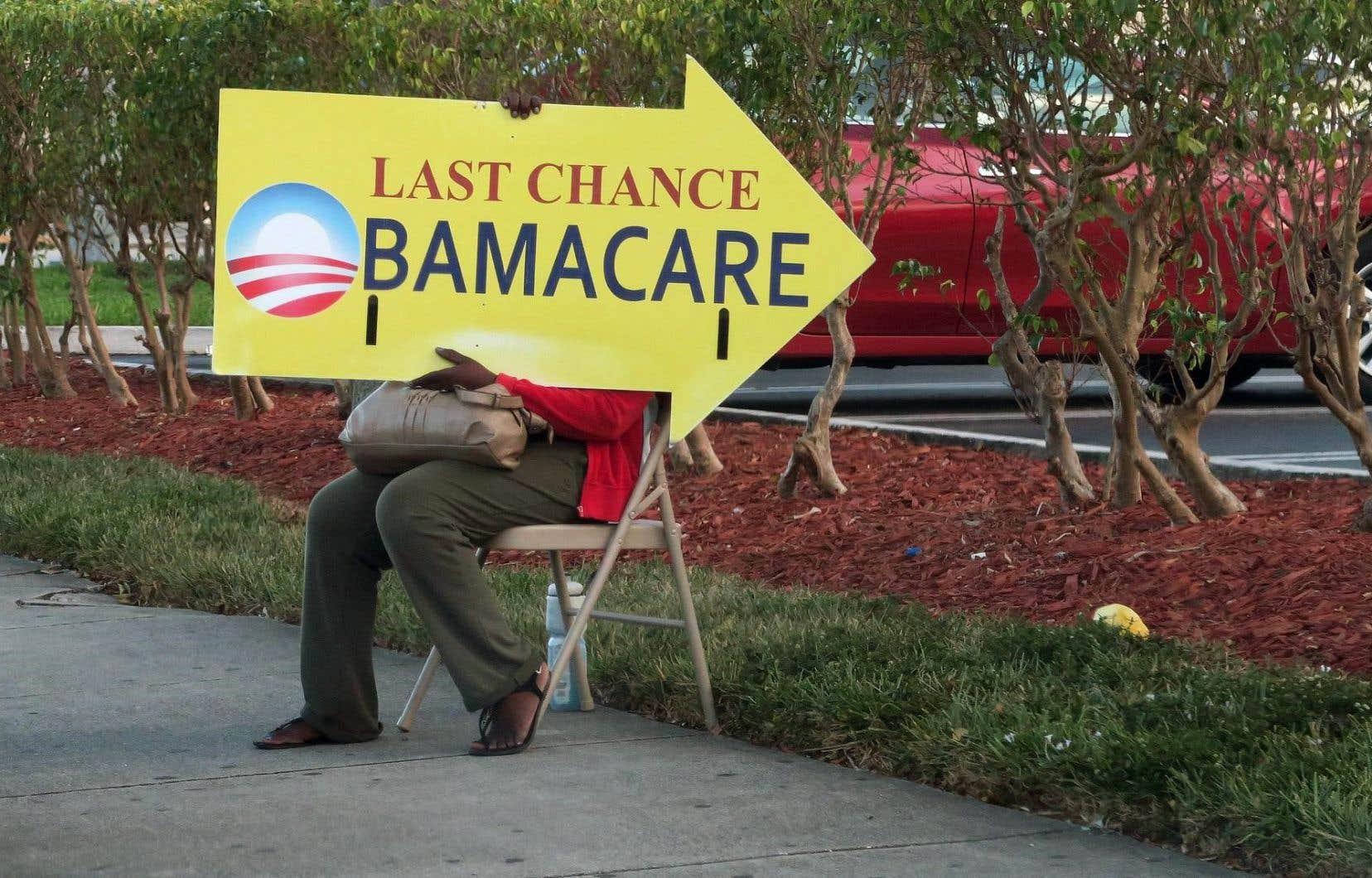 Une femme tient une pancarte devant un centre médical, à Miami.