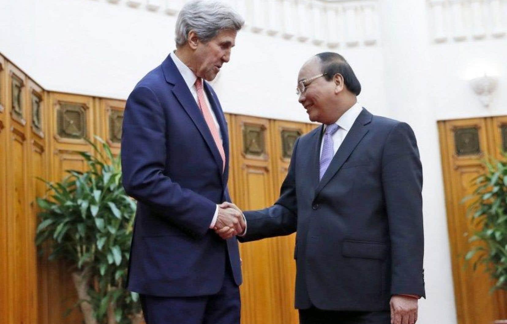 Le secrétaire d'État américain John Kerry et le premier ministre Nguyen Xuan Phuc