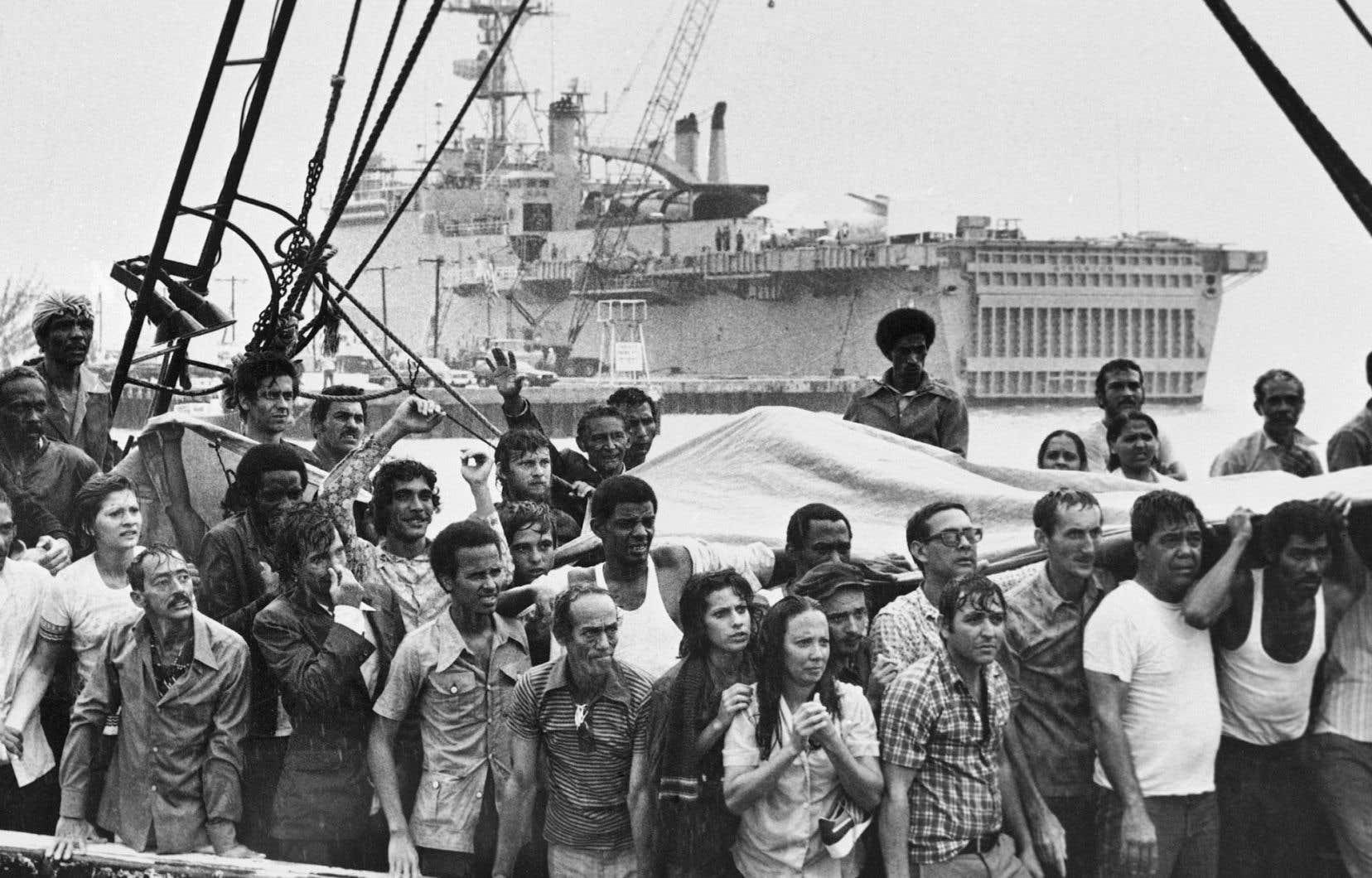 Des réfugiés cubains attendent sur le pont de leur bateau à leur arrivée à Key West, en Floride, en mai 1980.