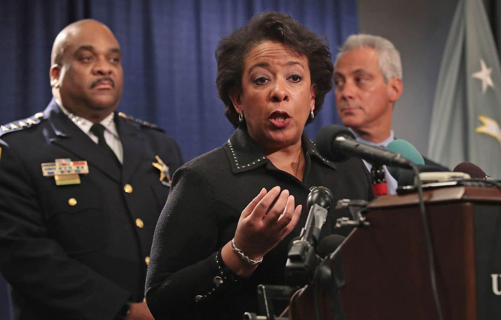 Le maire de Chicago, Rahm Emanuel, jette un regard à son chef de police, Eddie Johnson, durant la conférence de presse de la ministre de la Justice, Loretta Lynch.