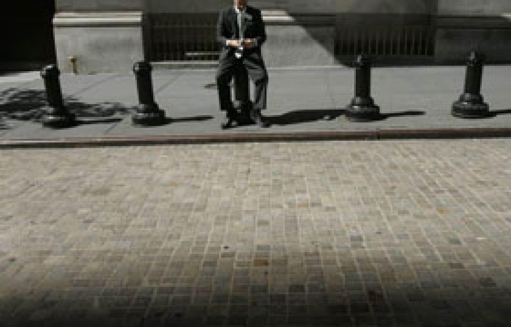 Un courtier de Wall Street prend une pause. L'économie mondiale a affronté en 2008 à la pire tempête financière depuis 1929.