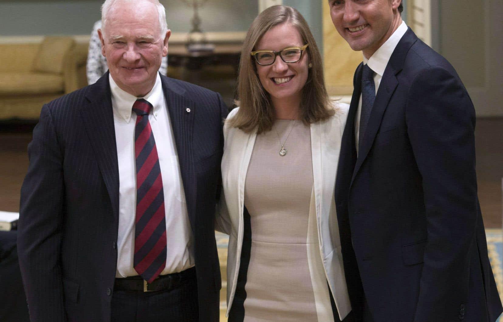 La ministre Karina Gould (centre) s'est, pour l'instant, seulement engagée à se familiariser avec le dossier de la réforme électorale.