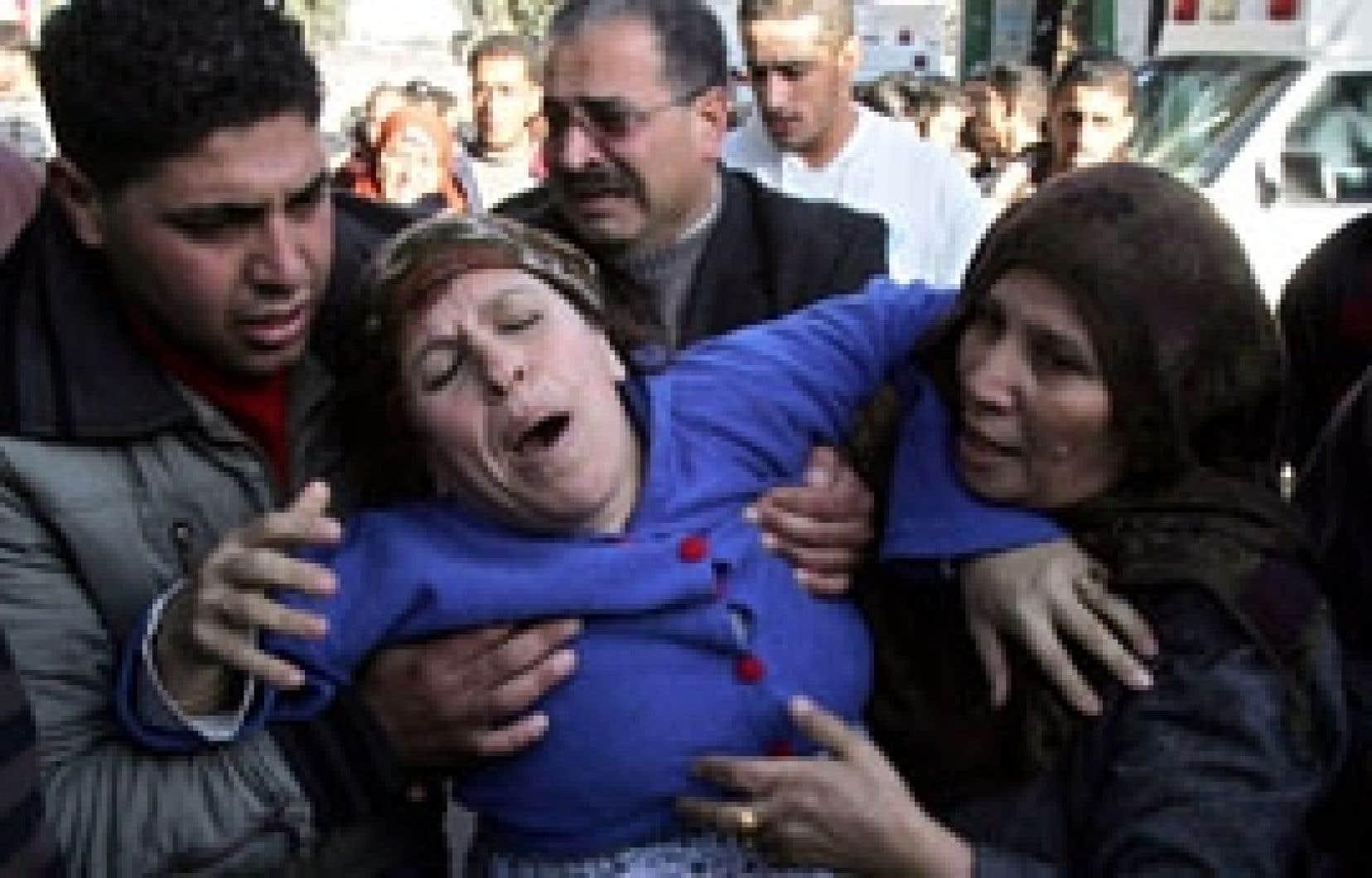 Une Palestinienne pleure la mort de son fils tué par les forces israéliennes.