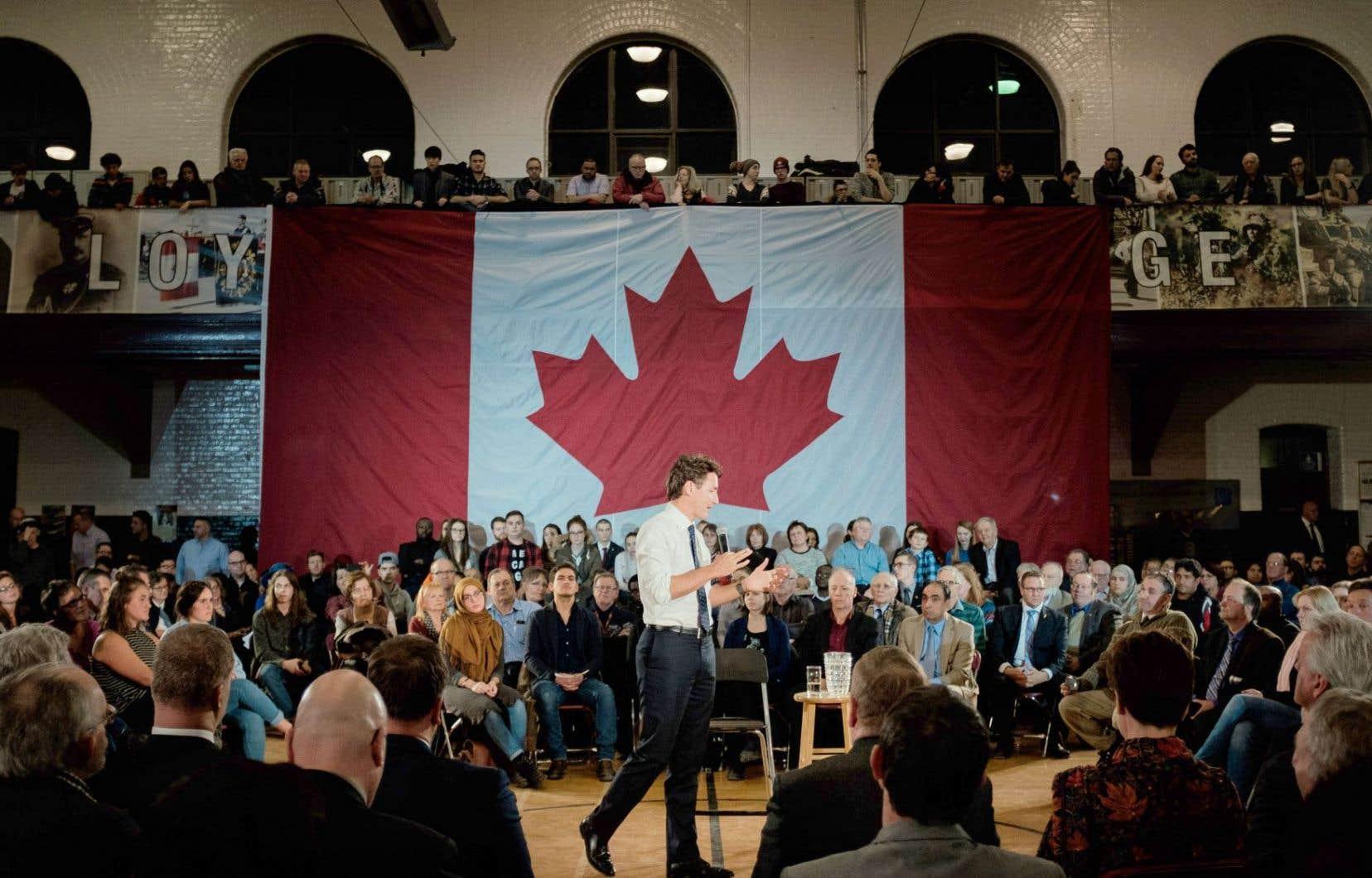 Une grande foule était rassemblée mardi, à Sherbrooke, pour assister à une assemblée tenue par le premier ministre (debout, au centre), dans le cadre de sa grande tournée pancanadienne.