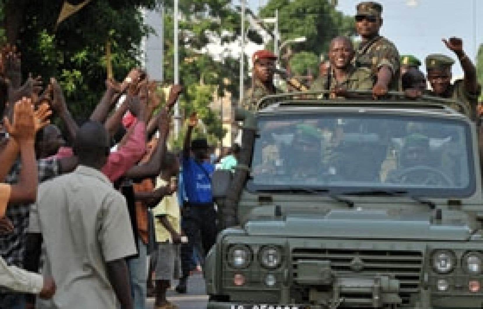 La junte qui a revendiqué le coup d'État de mardi dernier en Guinée, après la mort du dictateur Lansana Conté, semble aujourd'hui être en mesure de contrôler le pays.