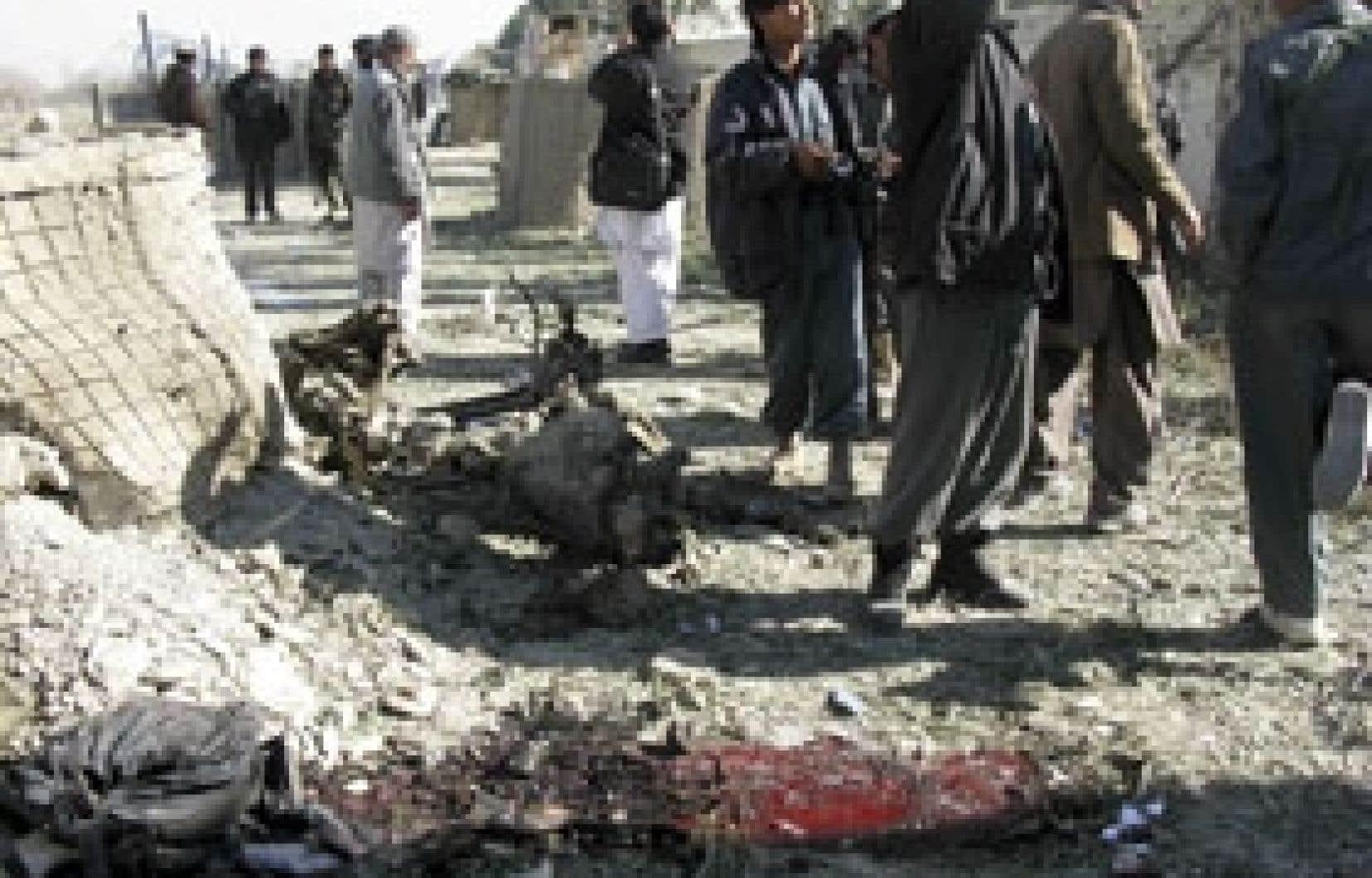 Des policiers afghans inspectent le site où sept civils, dont quatre enfants, ont été tués et une trentaine de collégiens blessés par l'explosion d'une voiture piégée près d'une école, à Khost, dans l'est de l'Afghanistan.