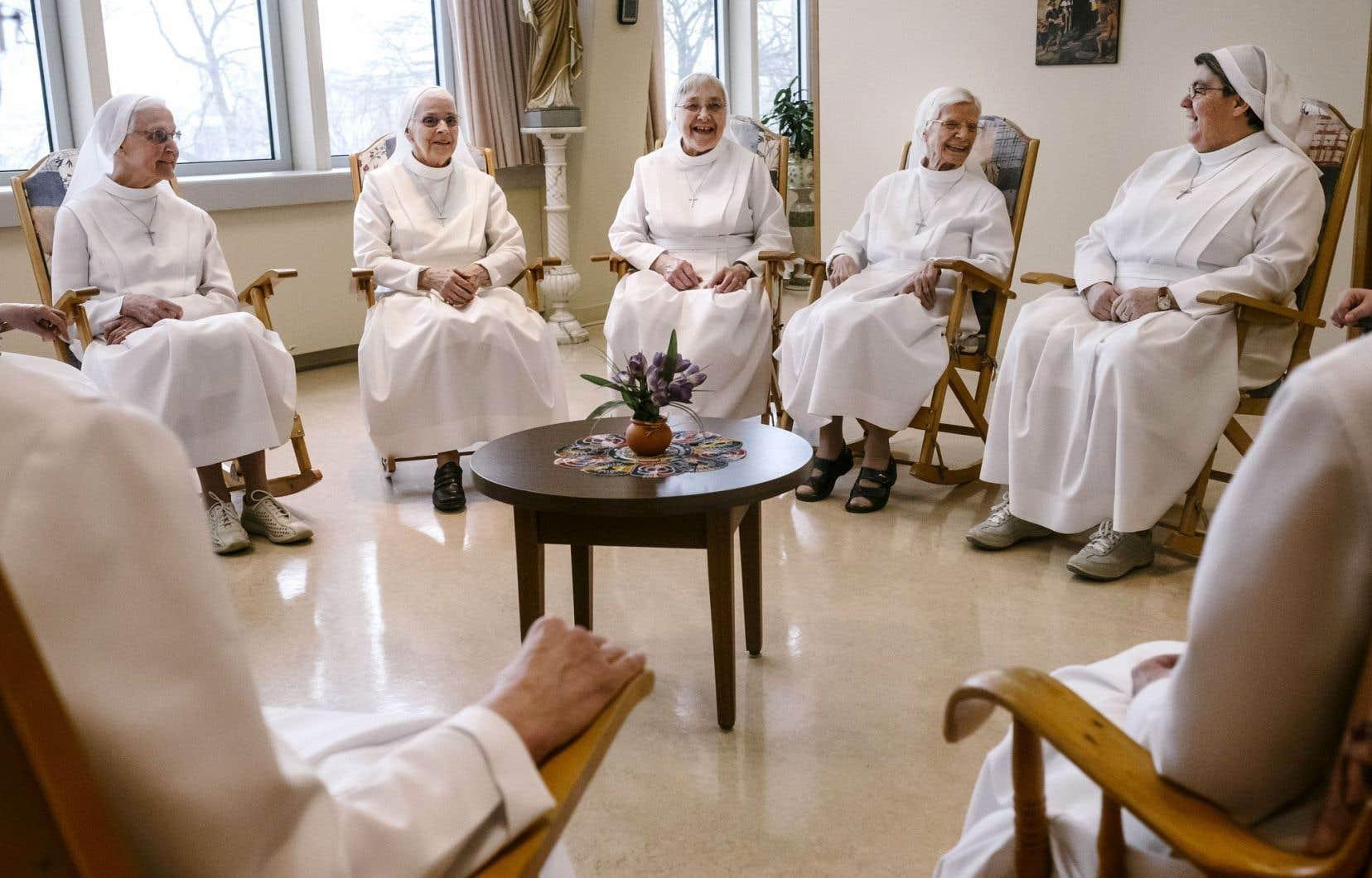 Les sœurs Augustines, aujourd'hui retraitées, assurent une présence discrète mais un legs immense au sein de l'hôtellerie de Québec, dont elles sont les marraines spirituelles.