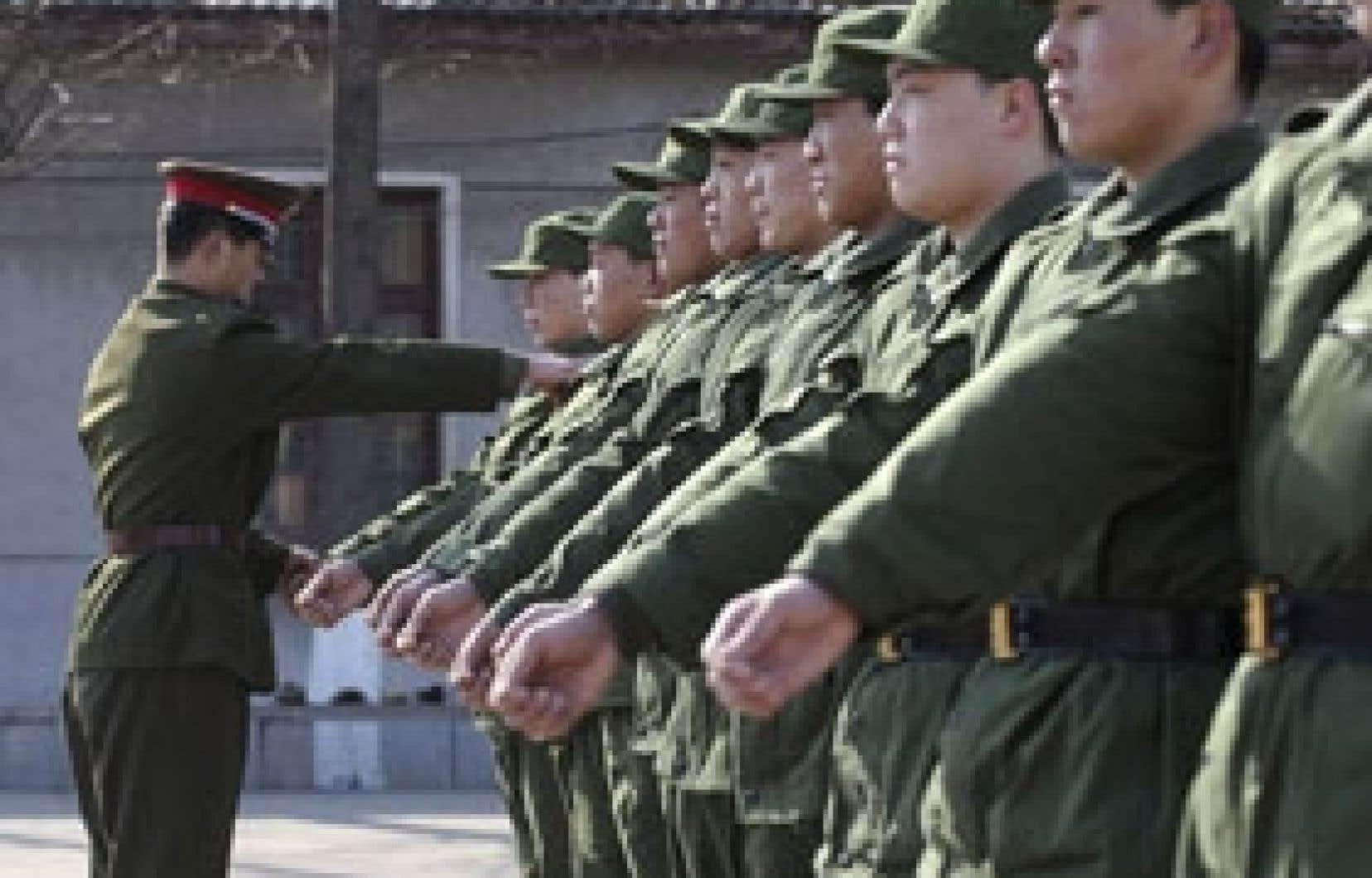 Les recrues de l'armée chinoise à l'entraînement, la semaine dernière. Sur le front politique, plusieurs milliers de personnes ont signé récemment la «Charte 08», qui appelle à la fin du monopole du parti unique en Chine. Le régime a réagi