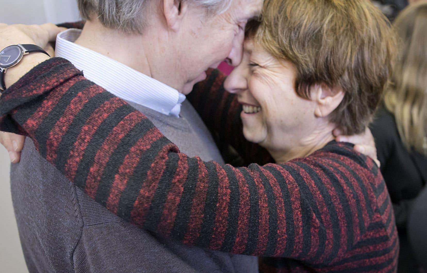 Françoise David dans les bras de son conjoint, François Larose