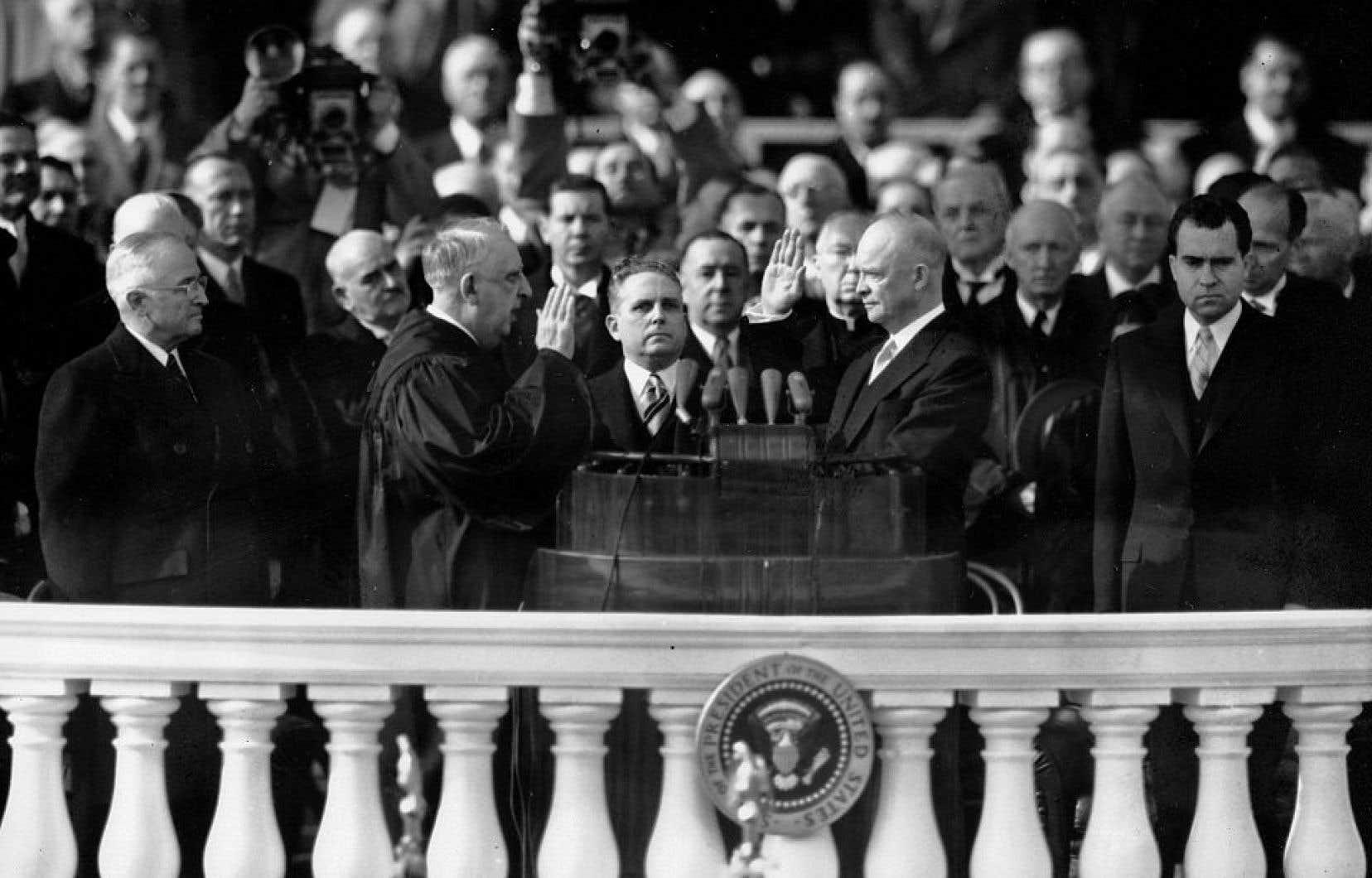Le 20 janvier 1953, Dwight D. Eisenhower était assermenté comme 34e président des États-Unis par le juge en chef de la Cour suprême, Fred Vinson. Son vice-président Richard Nixon se tient à sa droite.