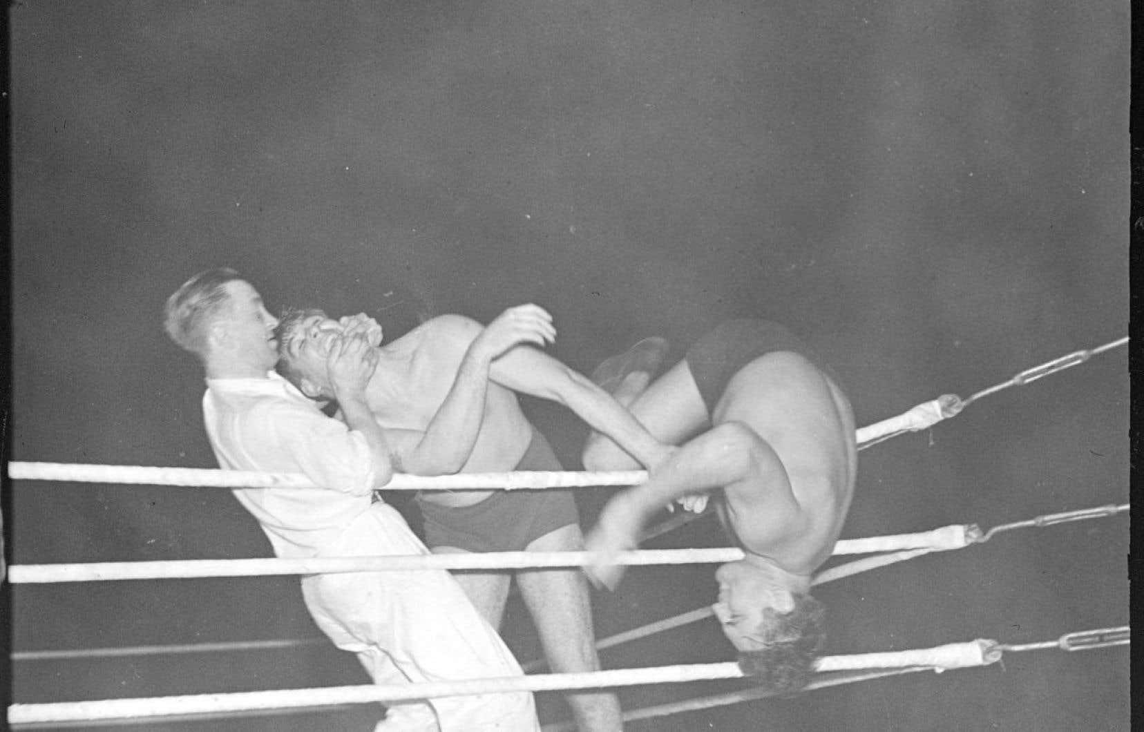 Le célèbre Yvon Robert est projeté à l'extérieur du ring lors d'un combat contre Don George en septembre 1937.