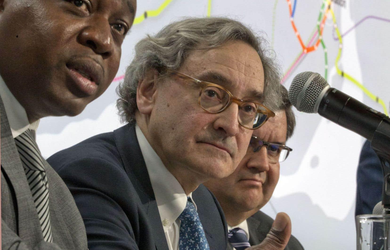 Macky Tall, président et chef de la direction de CDPQ Infra, Michael Sabia, président et directeur général de la Caisse de dépôt et placement du Québec, et le maire de Montréal, Denis Coderre