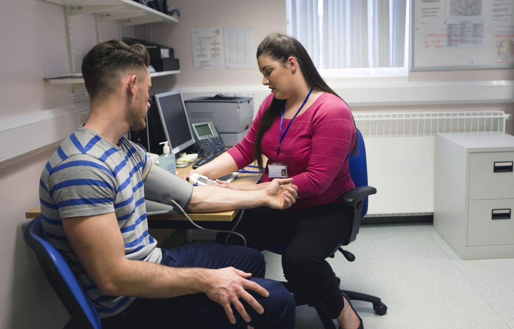<p>Les médecins résidents de l'Université McGill dénoncent le fait que le nombre de postes disponibles par région n'a été rendu public que deux semaines après le début de la période de soumission.</p>