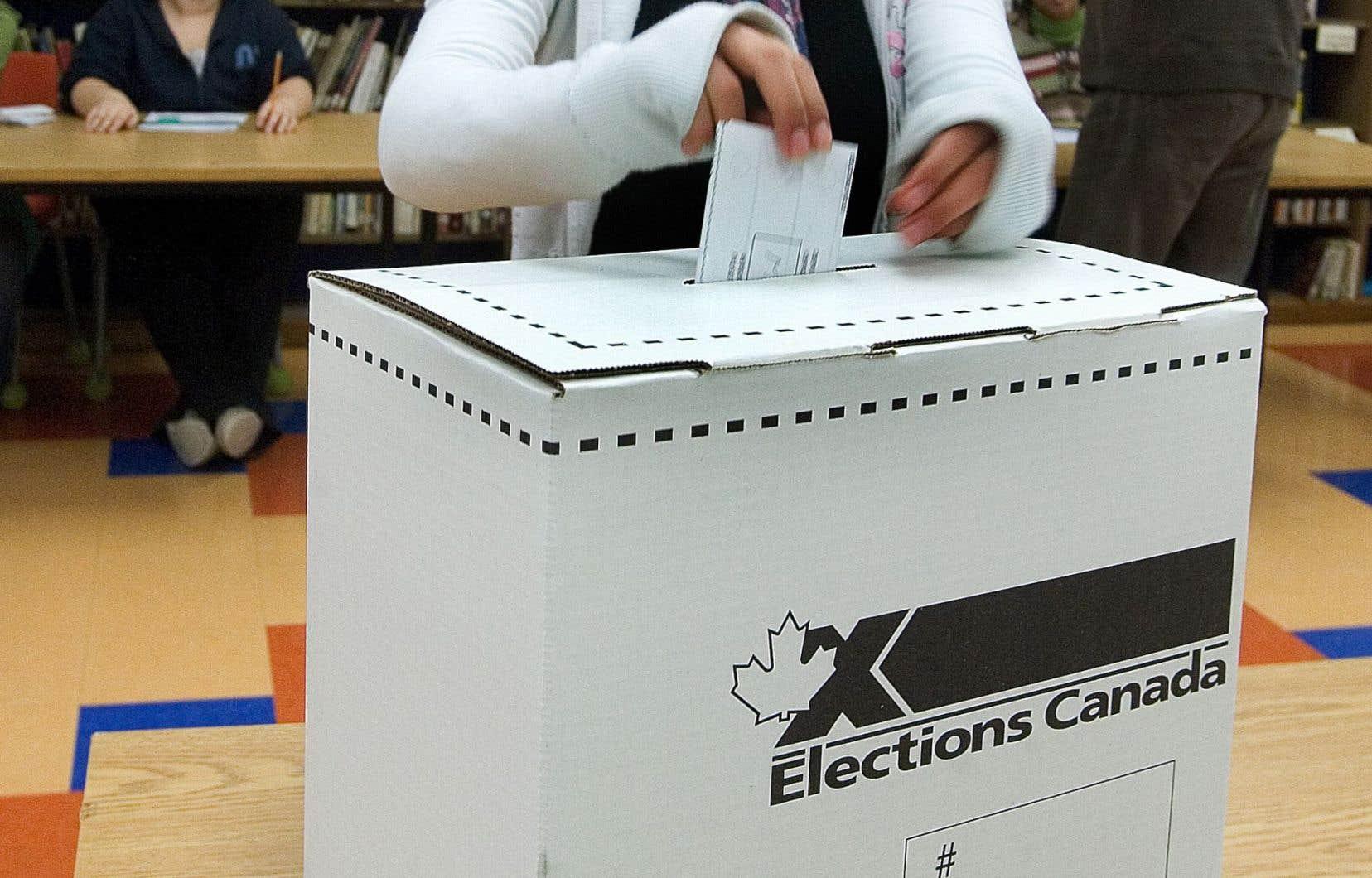 44% des répondants à un sondage identifient le fait d'être «excédé par la politique» comme facteur principal les empêchant de voter.