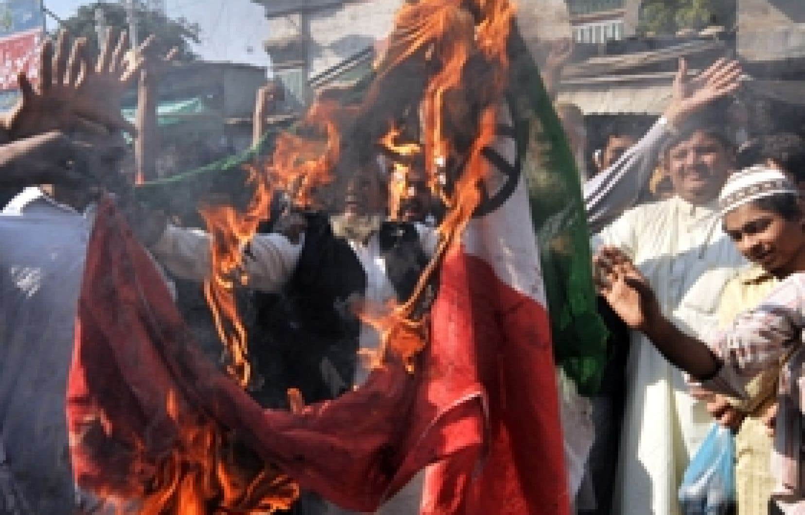 Des manifestants pakistanais ont brûlé un drapeau indien lors d'une manifestation, hier, à Karachi. Les tensions entre le Pakistan et l'Inde sont de nouveau vives.