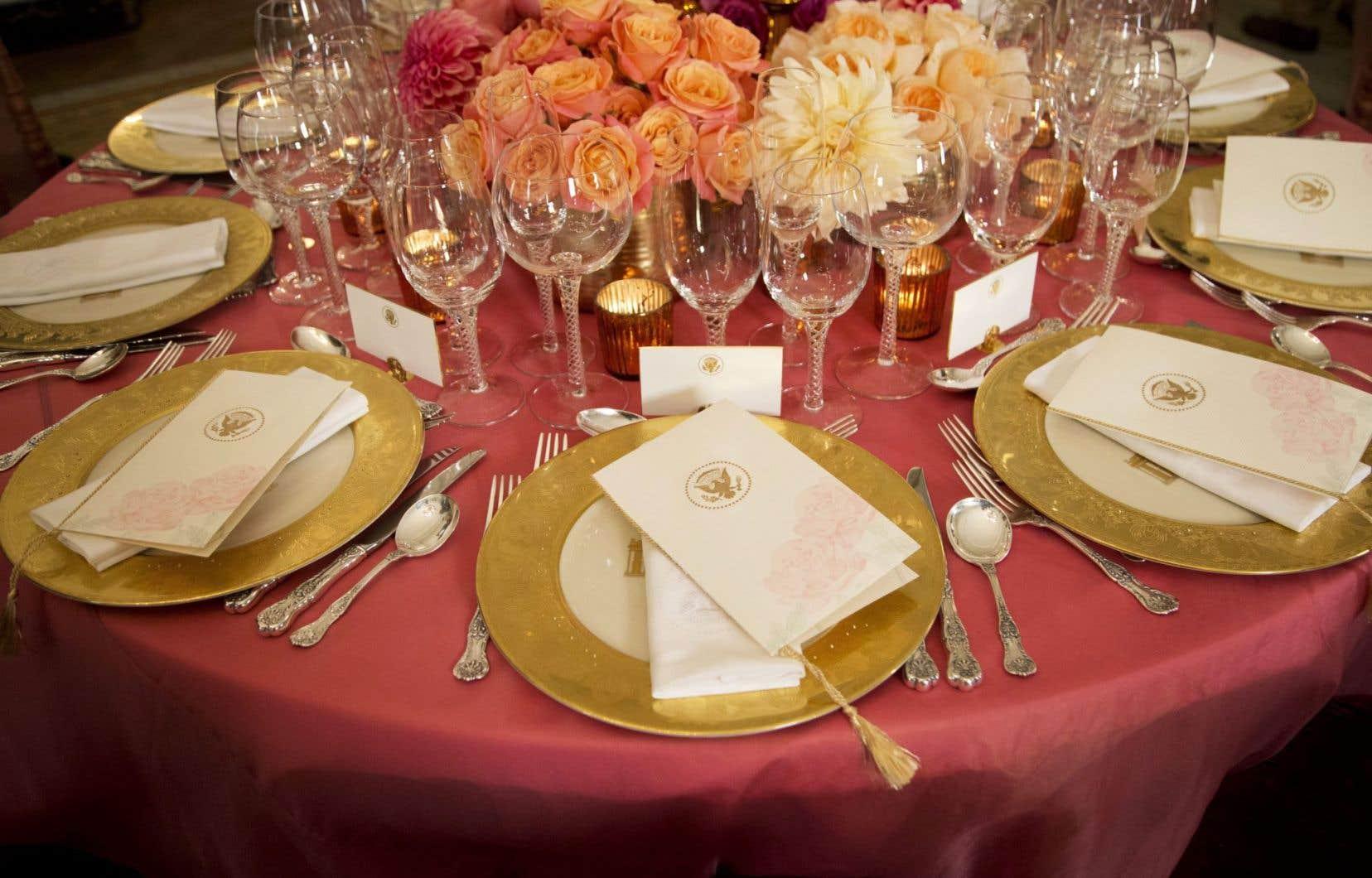 Une table garnie pour un repas accueillant un chef d'État dans la salle à manger officielle de la Maison-Blanche, à Washington, sous la présidence de Barack Obama.