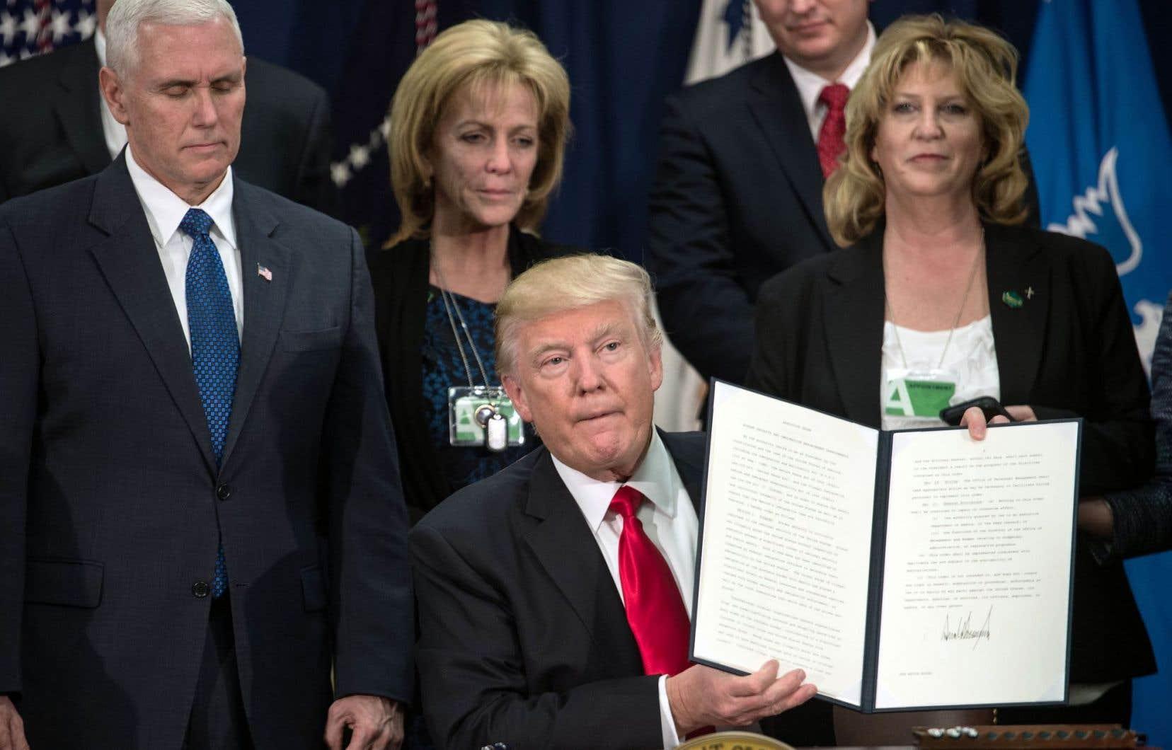 La signature du décret mercredi permettra aunouveau président des États-Unisd'enclencher le processus de construction d'un mur à la frontière américano-mexicaine, projet qui a été la marque de Donald Trump en campagne électorale.