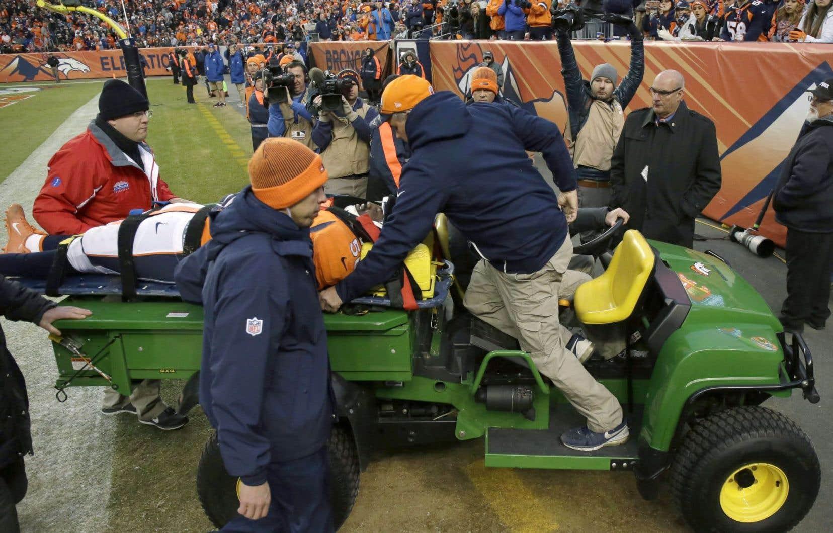 Le secondeur des Broncos de Denver, Zaire Anderson, après s'être blessé au jeu