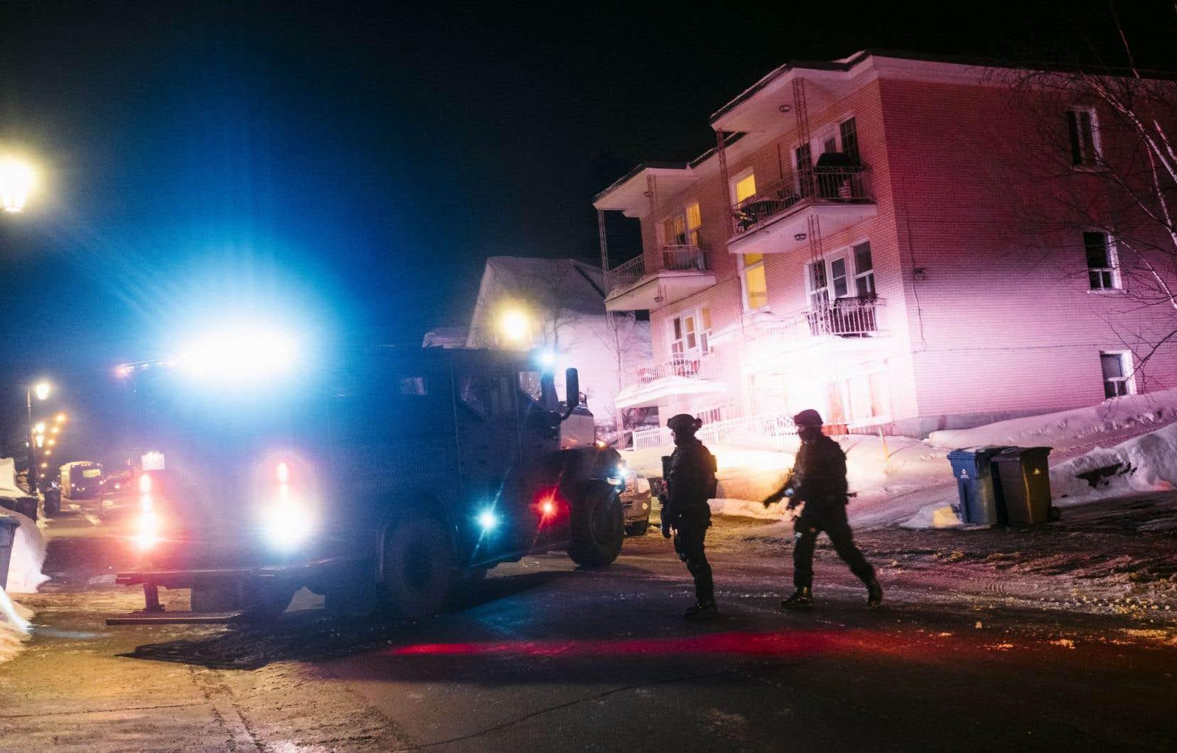 Les policiers avaient reçu un premier appel vers 19 h 55, dimanche soir, faisant état de coups de feu entendus au Centre culturel islamique de Québec, qui est également connu sous le nom de grande mosquée de Québec.