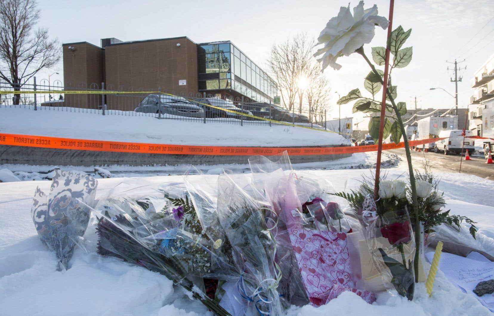 Des fleurs ont été déposées près du Centre culturel islamique de Québec, lundi, au lendemain de l'attentat qui a fait au moins six morts.