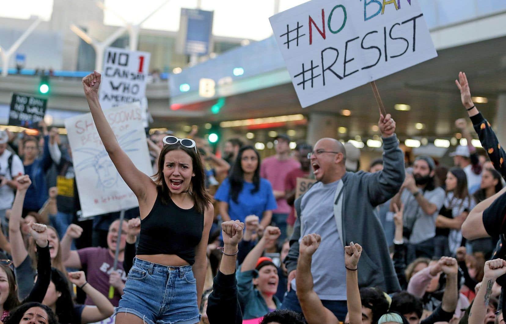 Le décret présidentiel a eu pour effet de déclencher des manifestations monstres dans plusieurs grands aéroports américains, dont celui de Los Angeles.