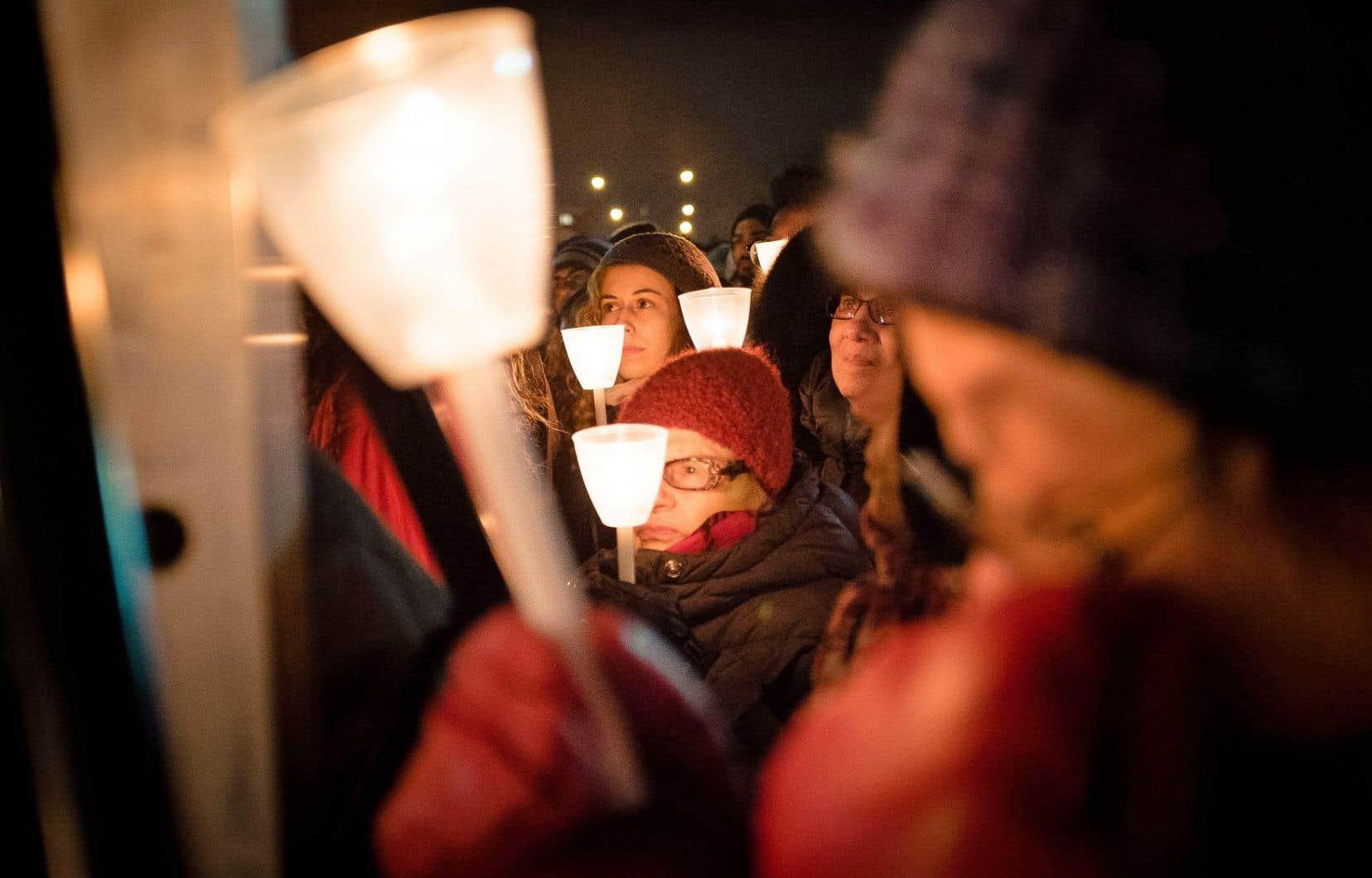 Plusieurs milliers de personnes se sont rassemblées, lundi soir, à Montréal.