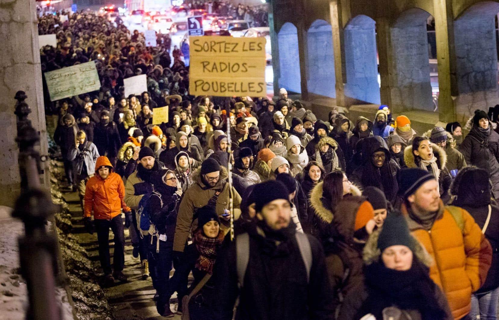 Mohamed Ali Saïdane, un membre de la communauté musulmane de Québec, a parlé d'une «ambiance sournoise» portée par les débats identitaires, par «certaines forces politiques» ainsi que par des médias privés, dont «les radios-poubelles», où des propos xénophobes seraient selon lui banalisés.