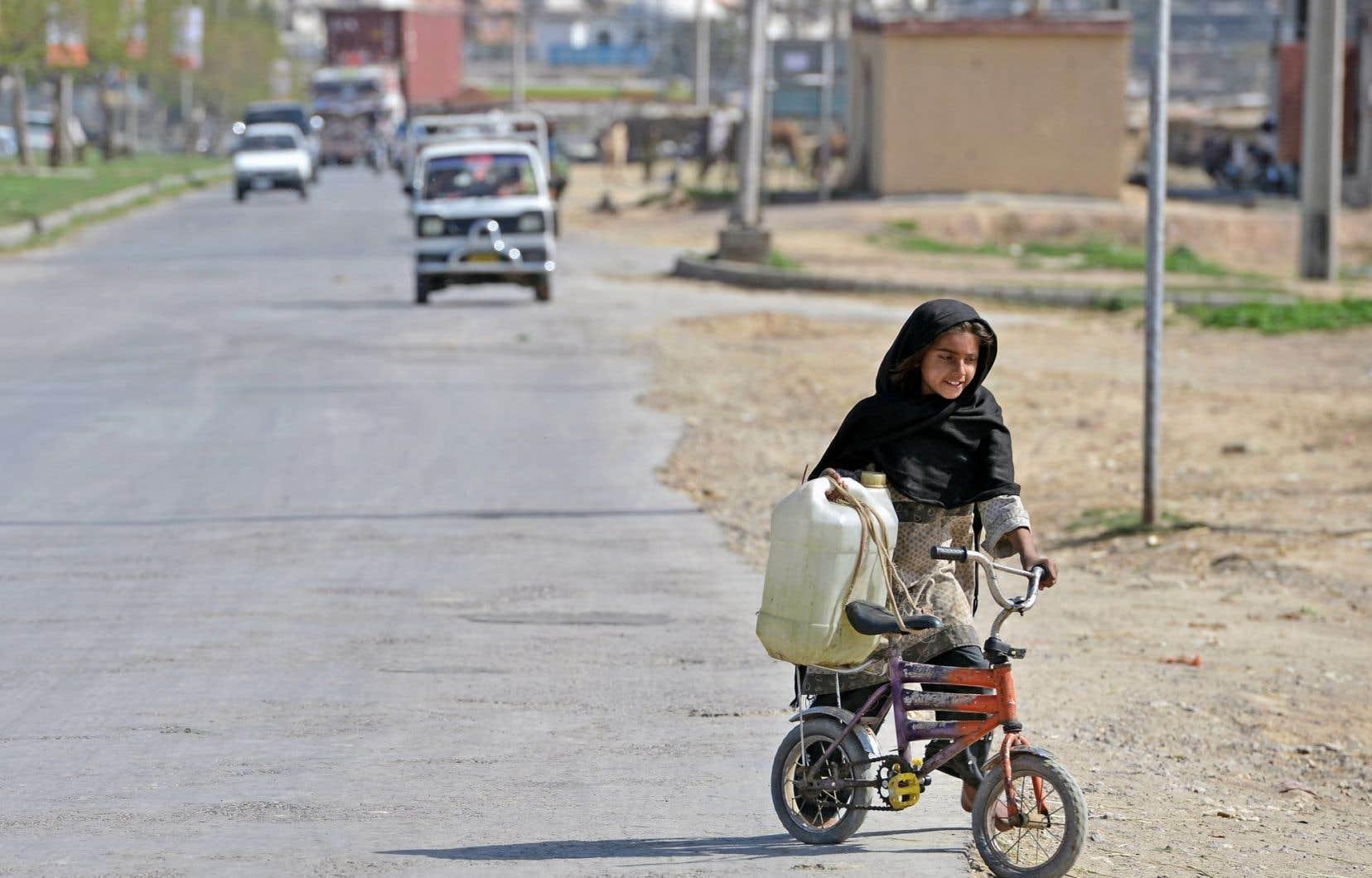 Une jeune Pakistanaise retourne chez elle après être allée puiser de l'eau.