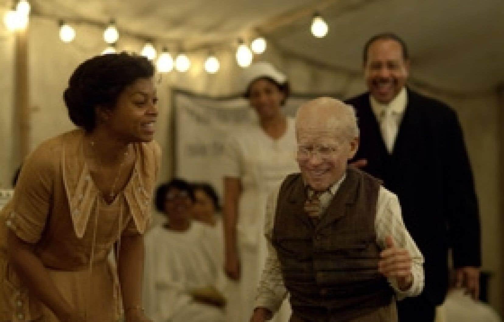Dans The Curious Case of Benjamin Button, le héros naît vieillard et rajeunit à mesure que le temps passe. Dans le rôle-titre, Brad Pitt est formidable, surtout dans la première partie, où seuls ses yeux confirment qu'il s'agit bien de lui