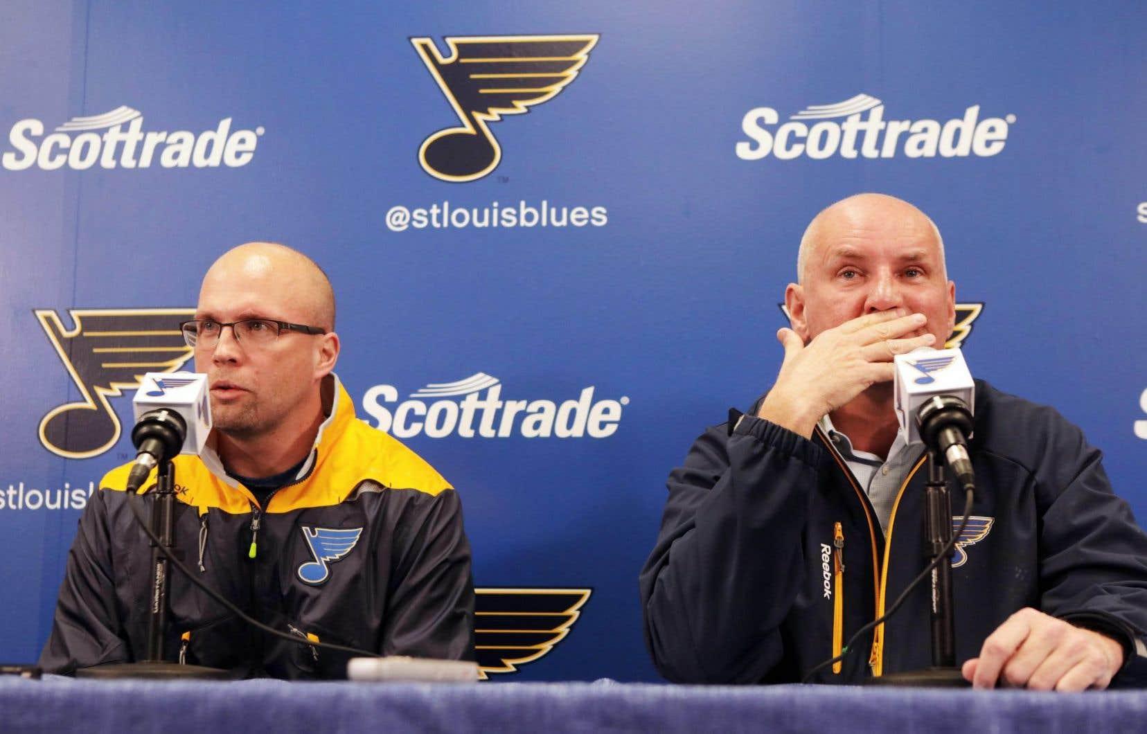 Mike Yeo et Doug Armstrong en conférence de presse à St. Louis, mercredi