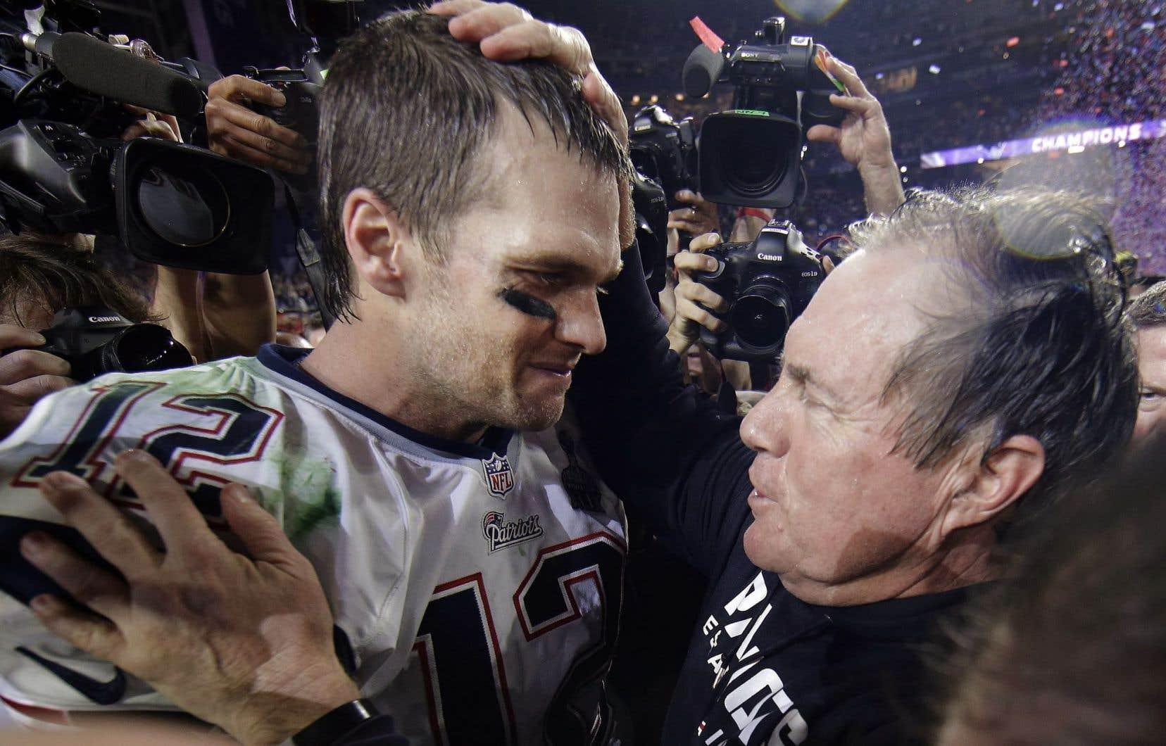 Dimanche, Tom Brady et Bill Belichik viseront un cinquième titre du Super Bowl, ce qui constituerait un record. Sur la photo, les deux hommes célébraient leur quatrième victoire lors du XLIX Super Bowl.