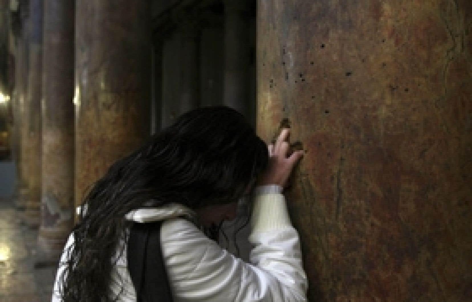 Une femme se recueillant dans l'église de la Nativité, hier, à Bethléem.