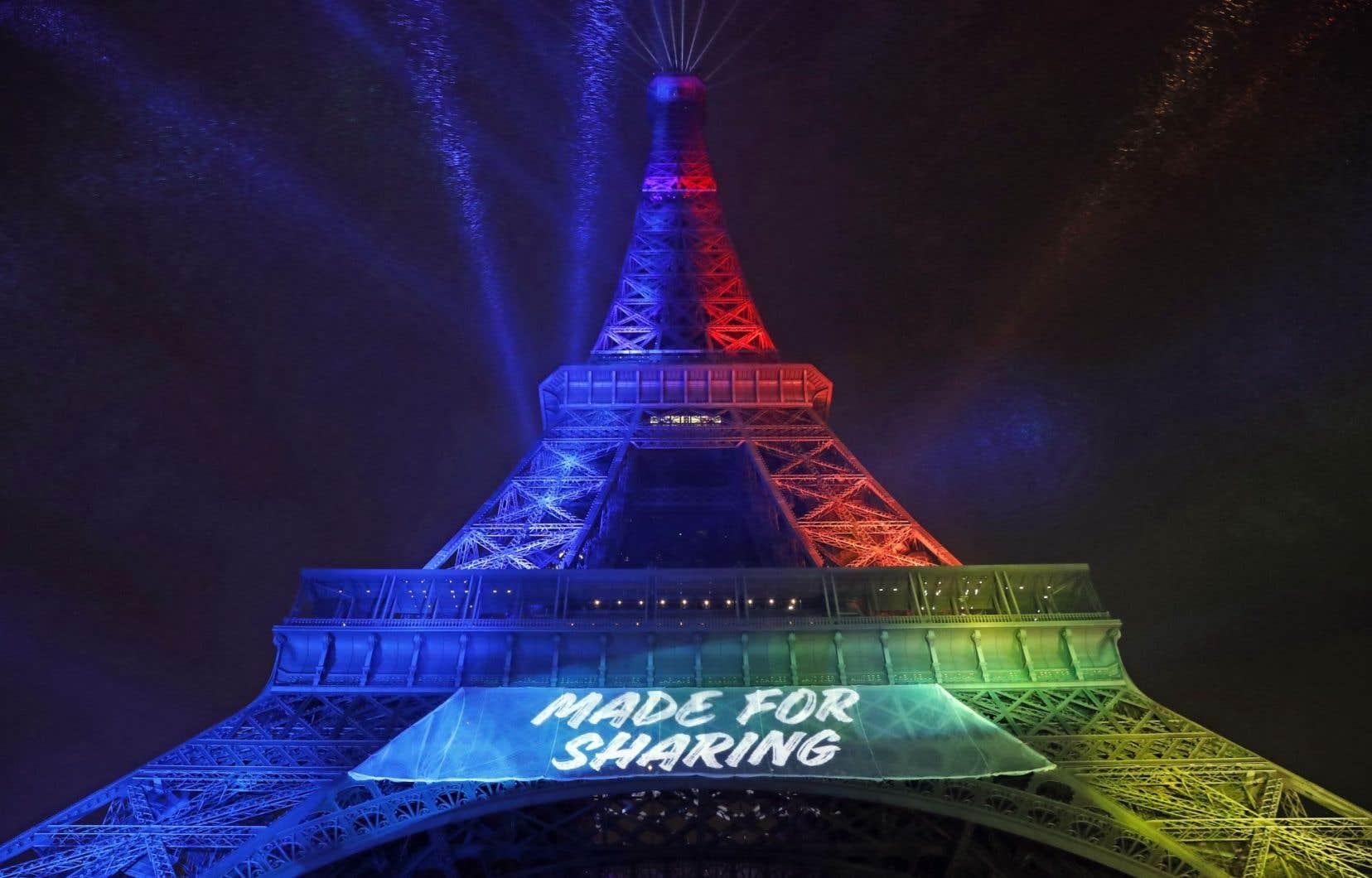 La tour Eiffel s'est illuminée avec le slogan choisi par le comité Paris-2024.