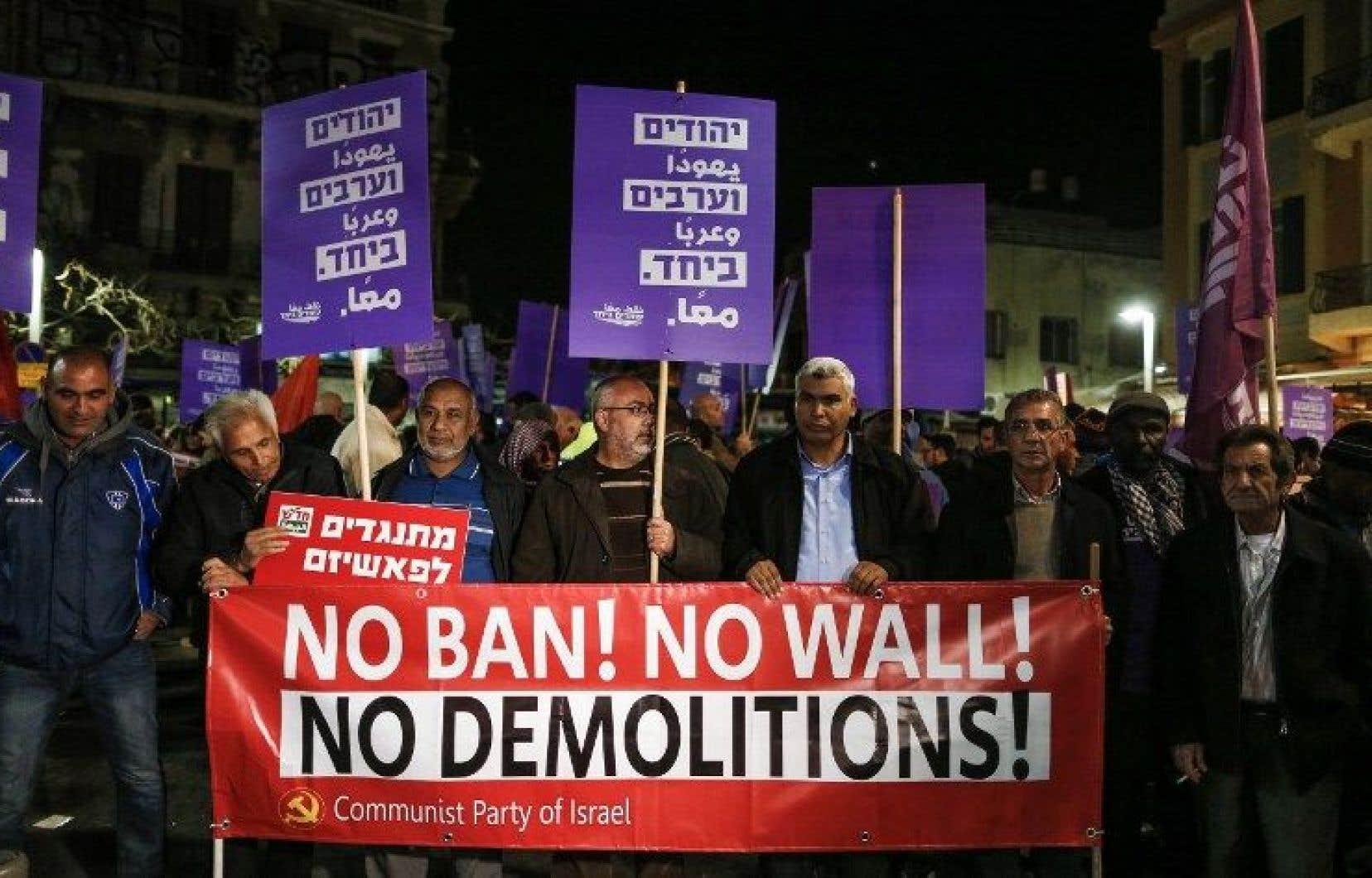Environ 1000 personnes ont pris part à l'évènement, certains arborant des banderoles sur lesquelles on pouvait lire en arabe et en hébreu «Juifs et Arabes ensemble».