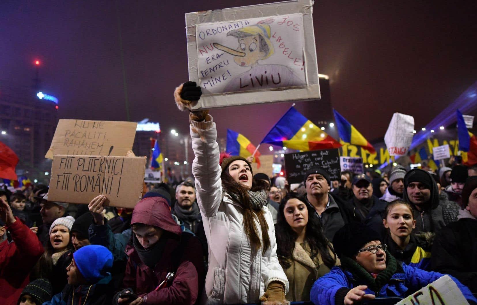 Des milliers de manifestants réunis à Bucarest ont demandé la démission du gouvernement roumain.