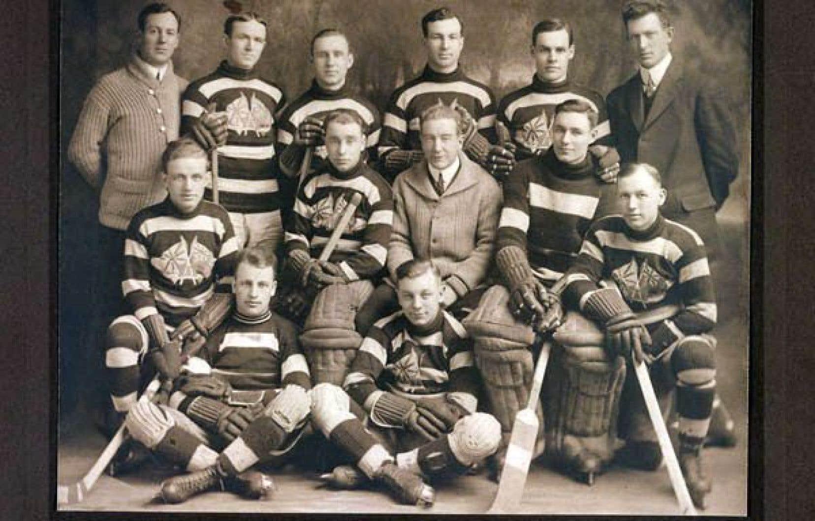Touche à tout, Francis Joseph Shaughnessy (à l'arrière, à droite) ne peut refuser lorsqu'en 1913 les Sénateurs d'Ottawa, de l'Association nationale de hockey — ancêtre de la LNH —, font appel à ses services pour occuper le poste de gérant de l'équipe.