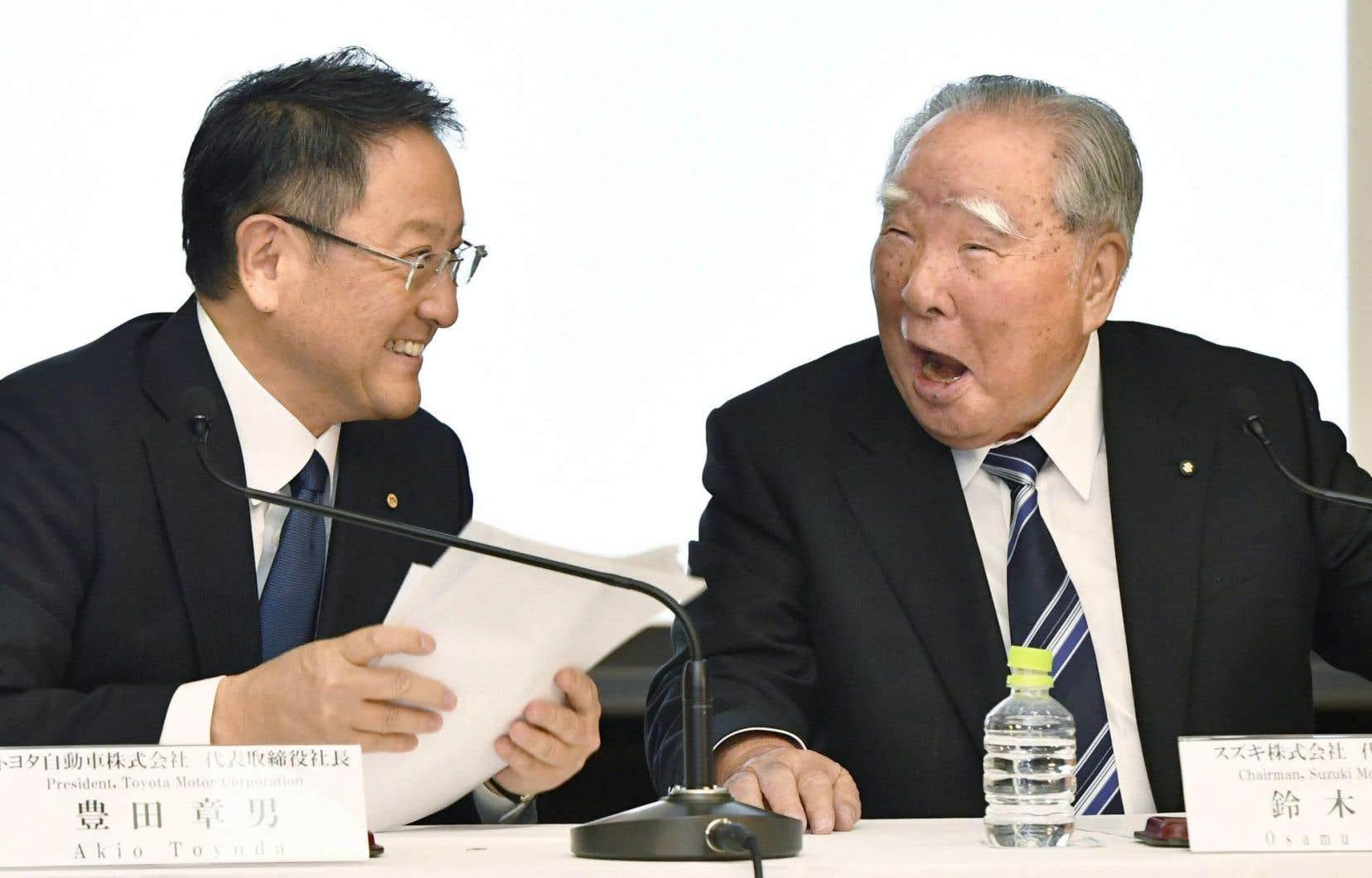 Le président de Toyota, Akio Toyoda (à gauche) et le président de Suzuki, Osamu Suzuki (à droite)