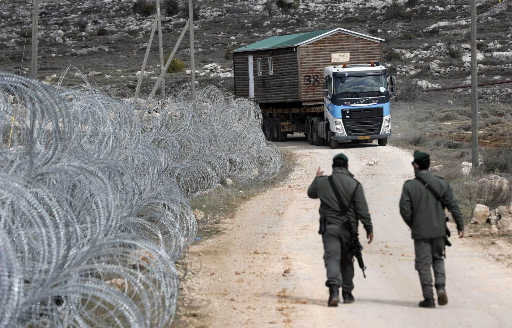 Adoptée lundi soir, la loi autorise l'État à s'approprier, contre compensation, des terrains privés palestiniens en Cisjordanie sur lesquels des Israéliens ont construit sans autorisation.