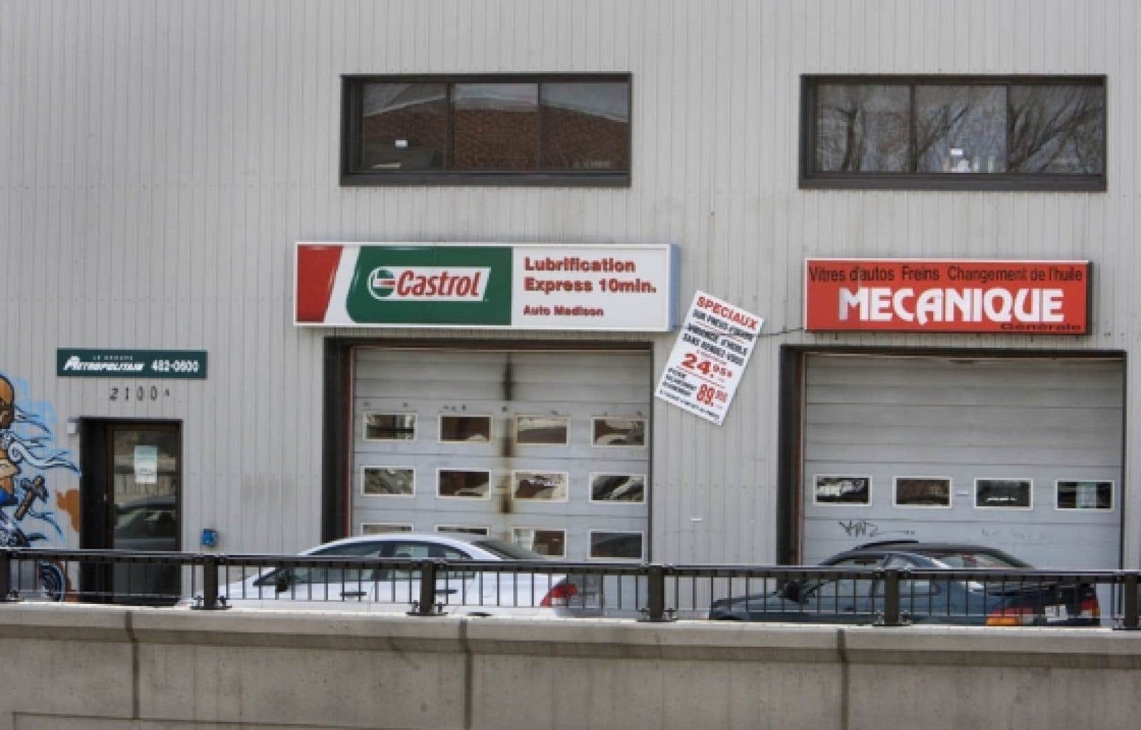 Le Centre d'éducation alternative Interact, situé au-dessus d'un garage sur la rue Girouard, dans Notre-Dame-de-Grâce à Montréal, donne des cours à huit enfants dans la clandestinité. Le ministère de l'Éducation avait pourtant révoqué le permis de cette institution en 2009.