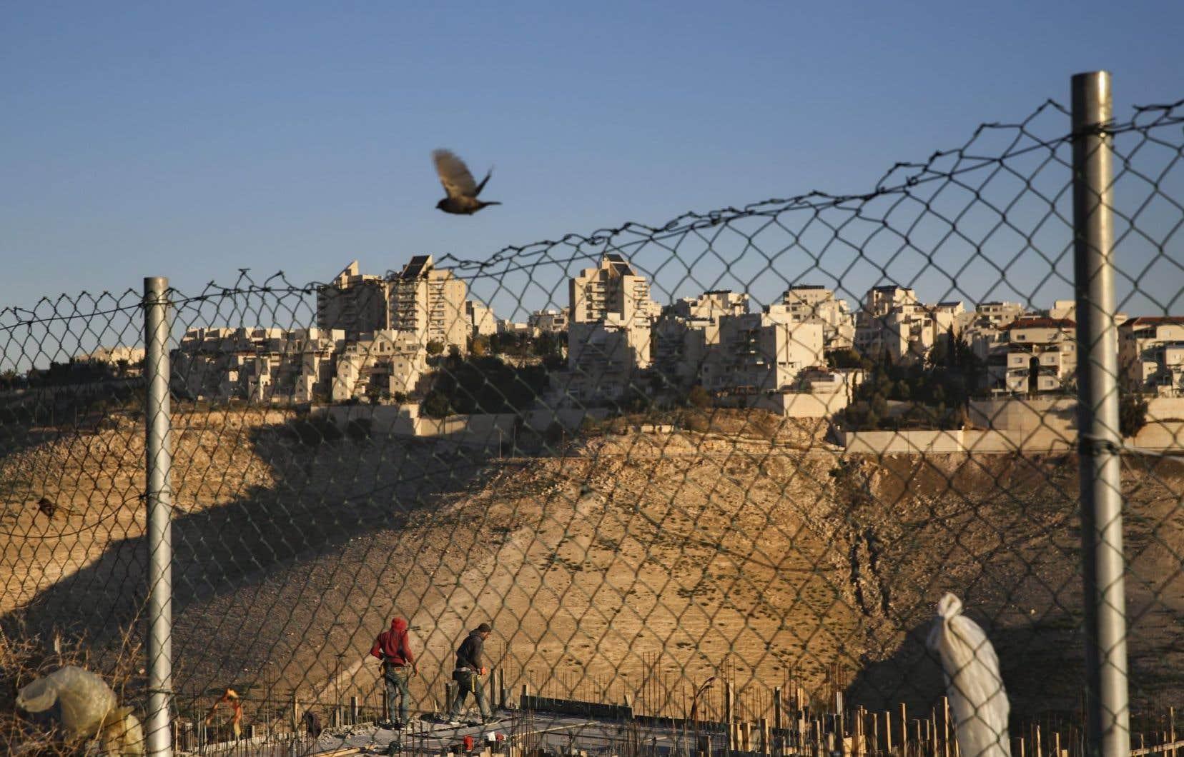 La loi qui légalise rétroactivement la construction de milliers de maisons de colons juifs sur des terres palestiniennes privées continue de faire réagir, aussi bien en Israël qu'à l'étranger.