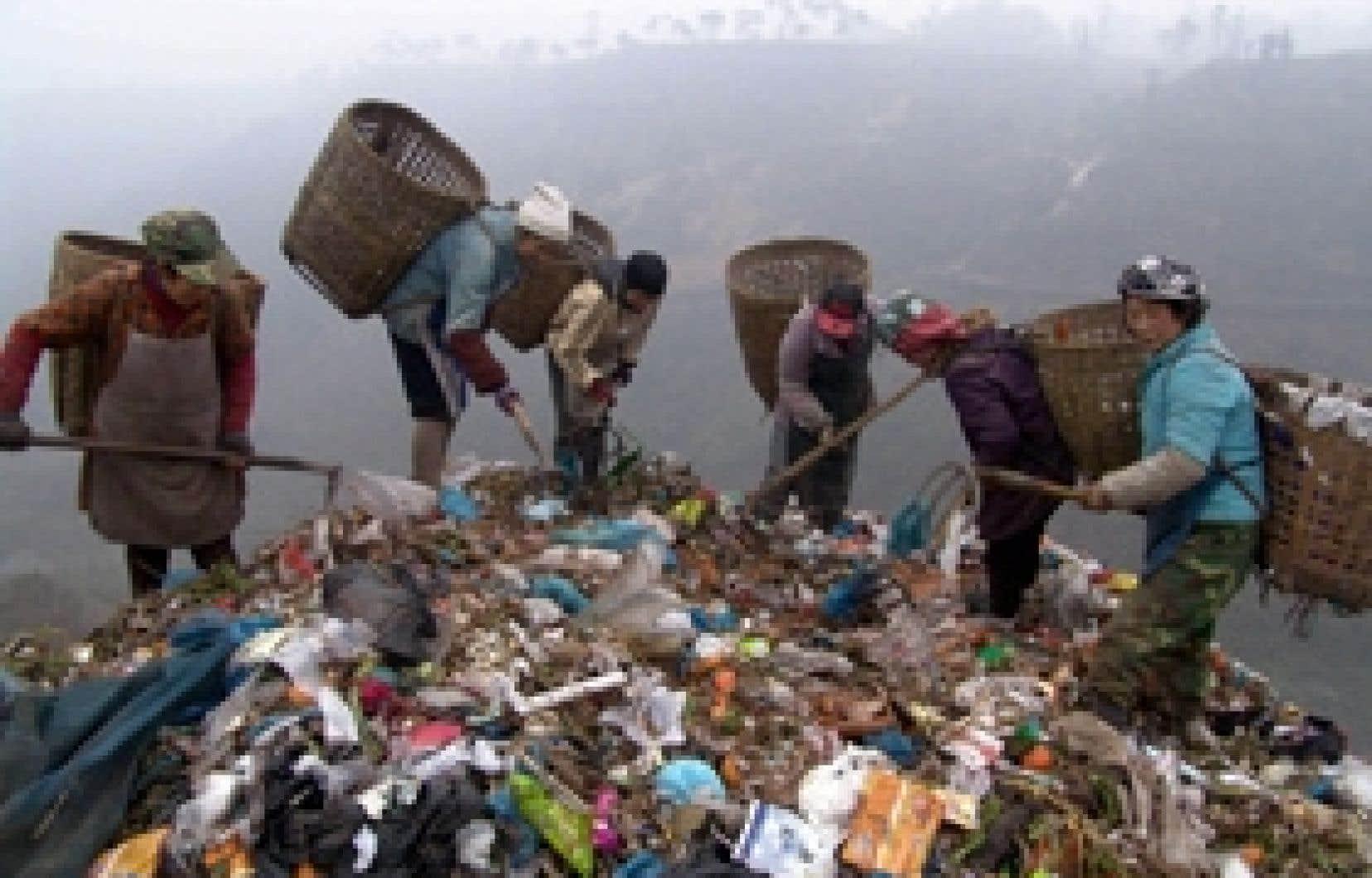Des villageois fouillent dans les déchets, dans la municipalité de Chongqing, dans le sud-ouest de la Chine. En élevant son seuil de pauvreté, la Chine reconnaît officiellement trois fois plus de nécessiteux que précédemment.